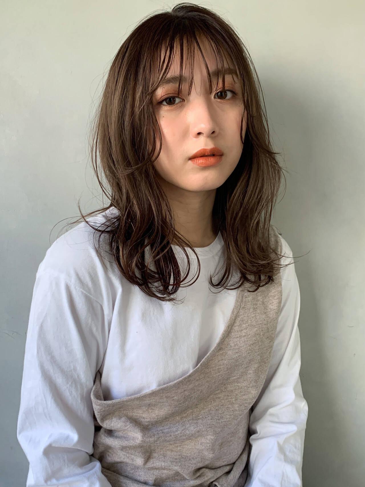 アンニュイほつれヘア シアーベージュ ミディアム 透明感カラーヘアスタイルや髪型の写真・画像