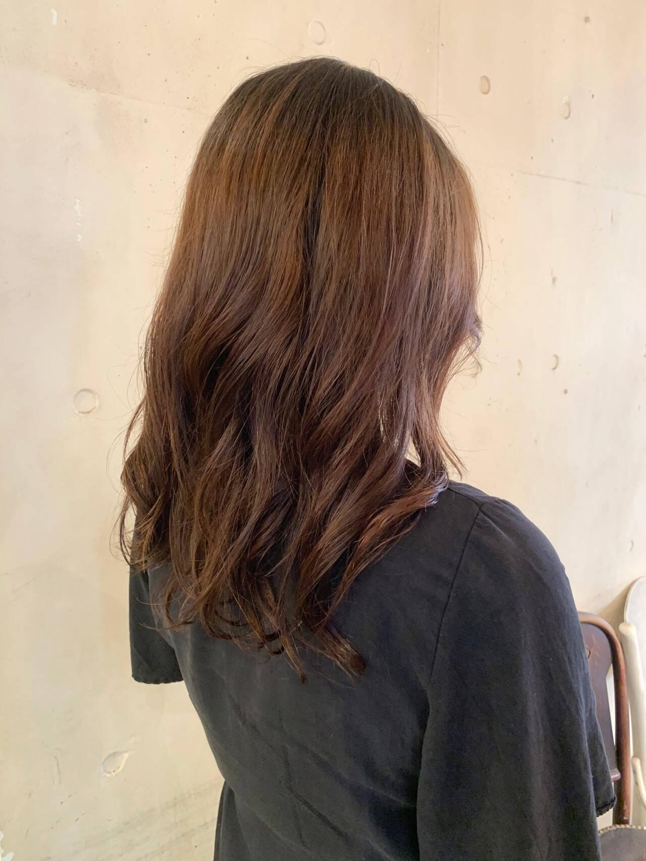 ゆるふわパーマ コテ巻き風パーマ レイヤーカット ナチュラルヘアスタイルや髪型の写真・画像