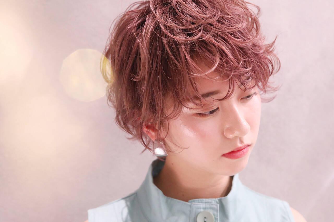 メイク ショートヘア フェミニン ブリーチヘアスタイルや髪型の写真・画像