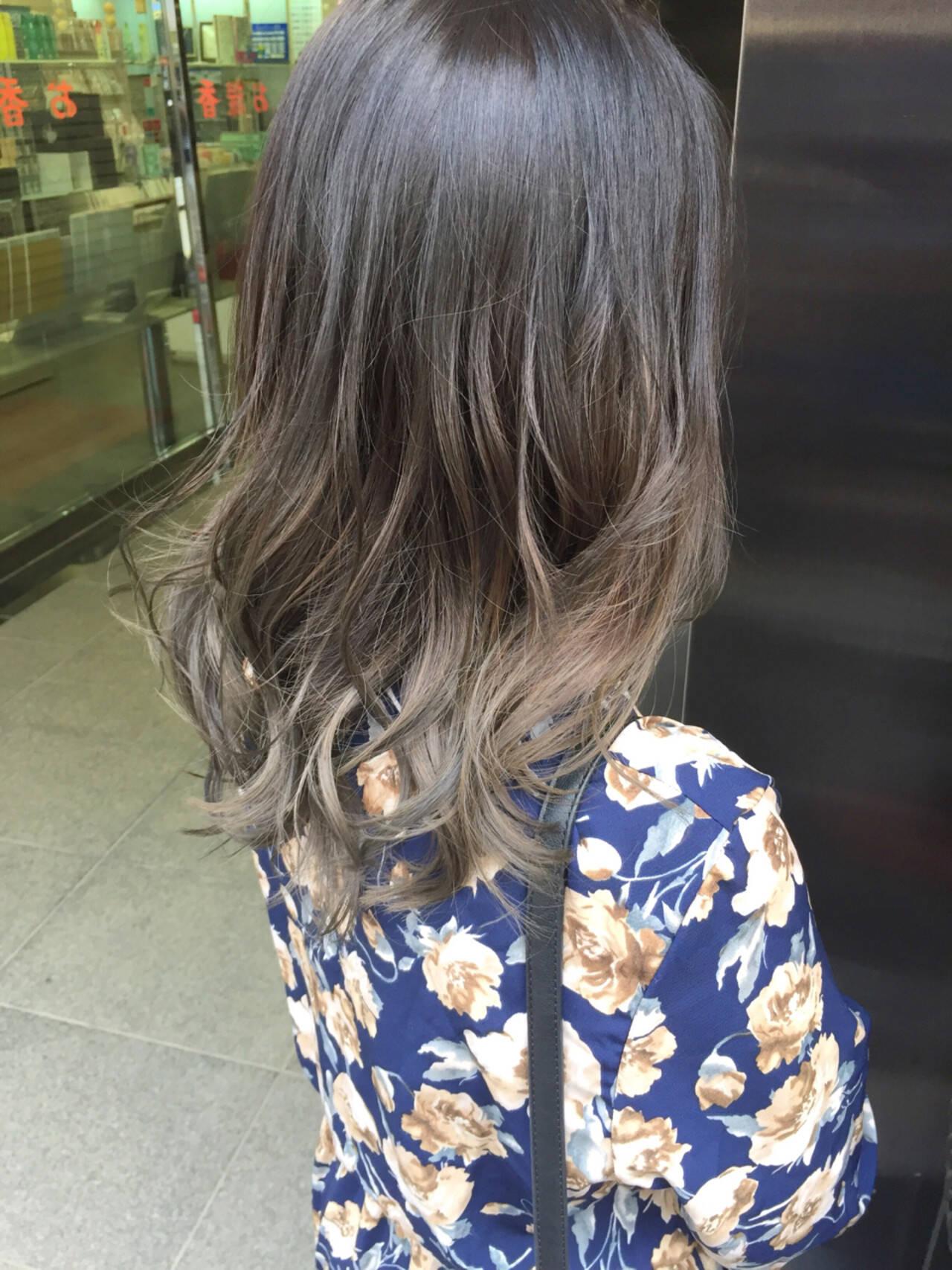 セミロング グレージュ アッシュグレー 外国人風カラーヘアスタイルや髪型の写真・画像