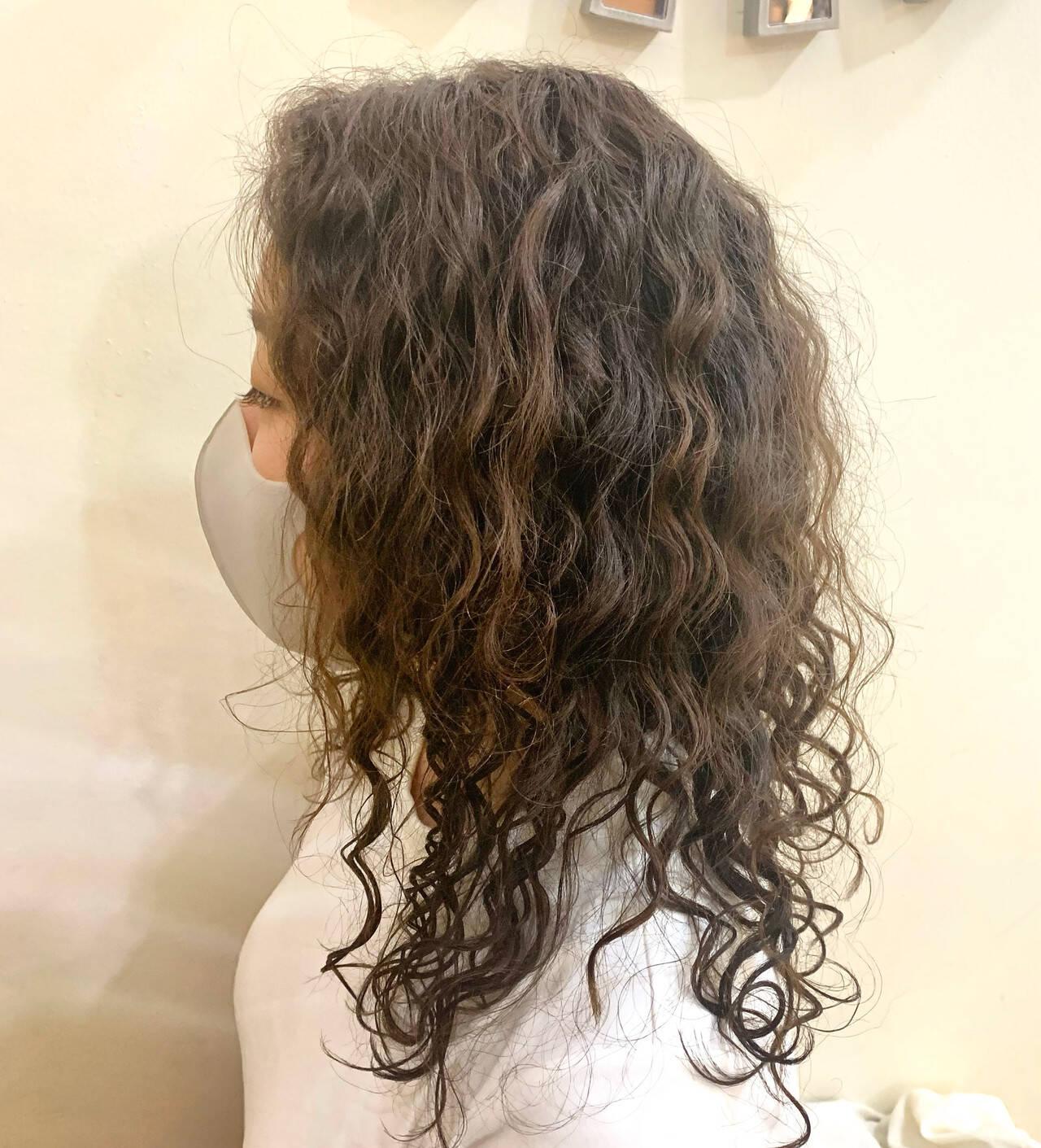 セミロング 無造作パーマ スパイラルパーマ 波ウェーブヘアスタイルや髪型の写真・画像