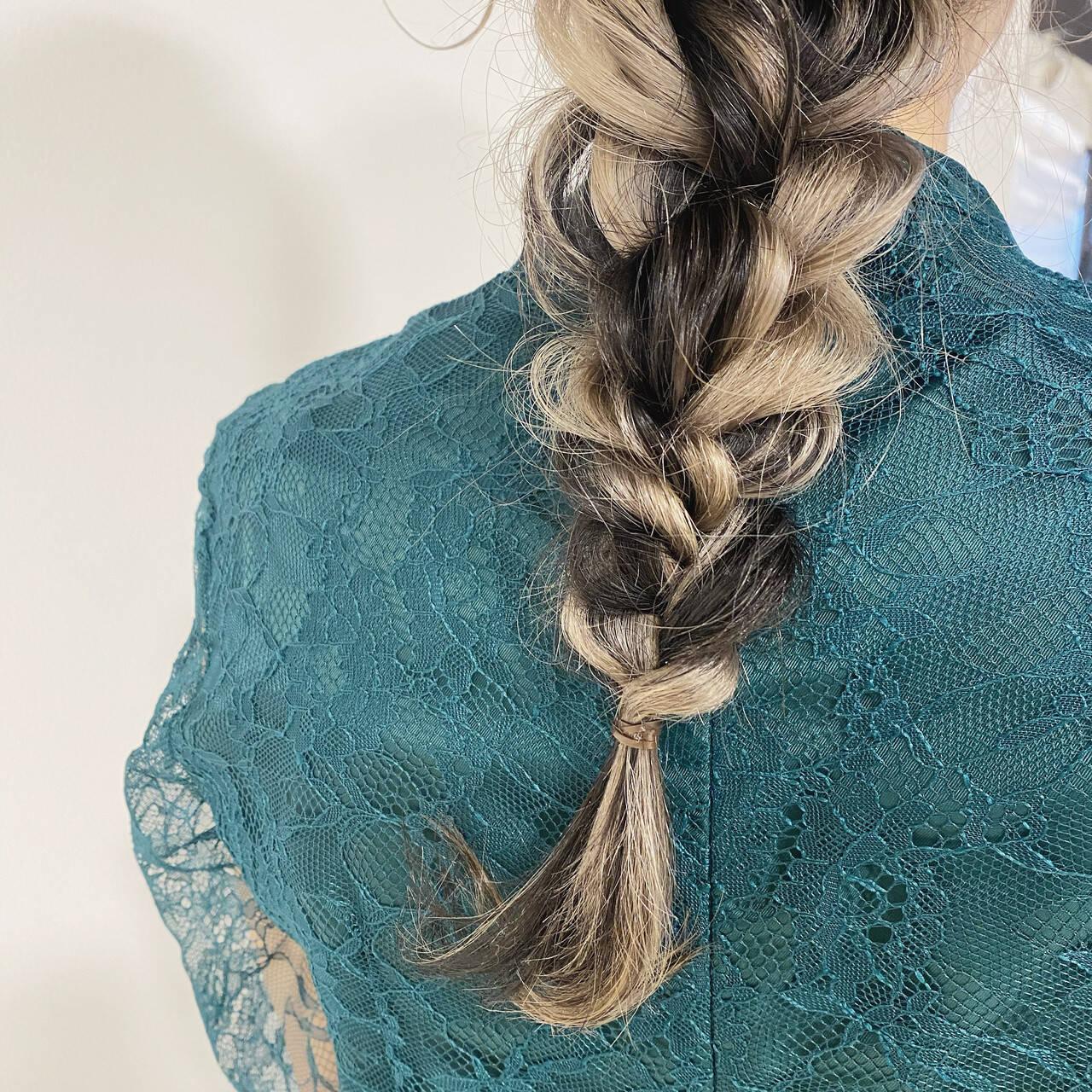 ナチュラル みつあみアレンジ インナーカラーシルバー ロングヘアスタイルや髪型の写真・画像