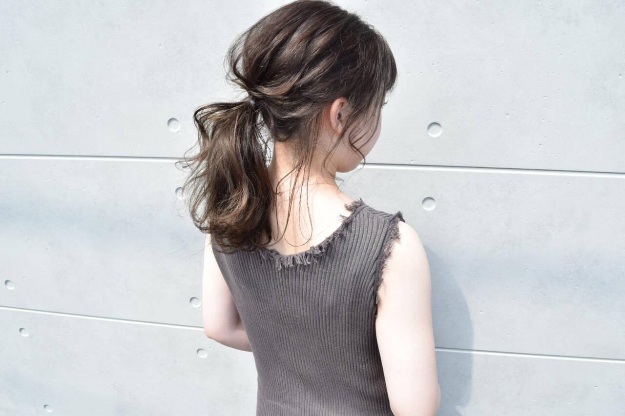 グレージュ ガーリー ヘアアレンジ ローポニーテールヘアスタイルや髪型の写真・画像