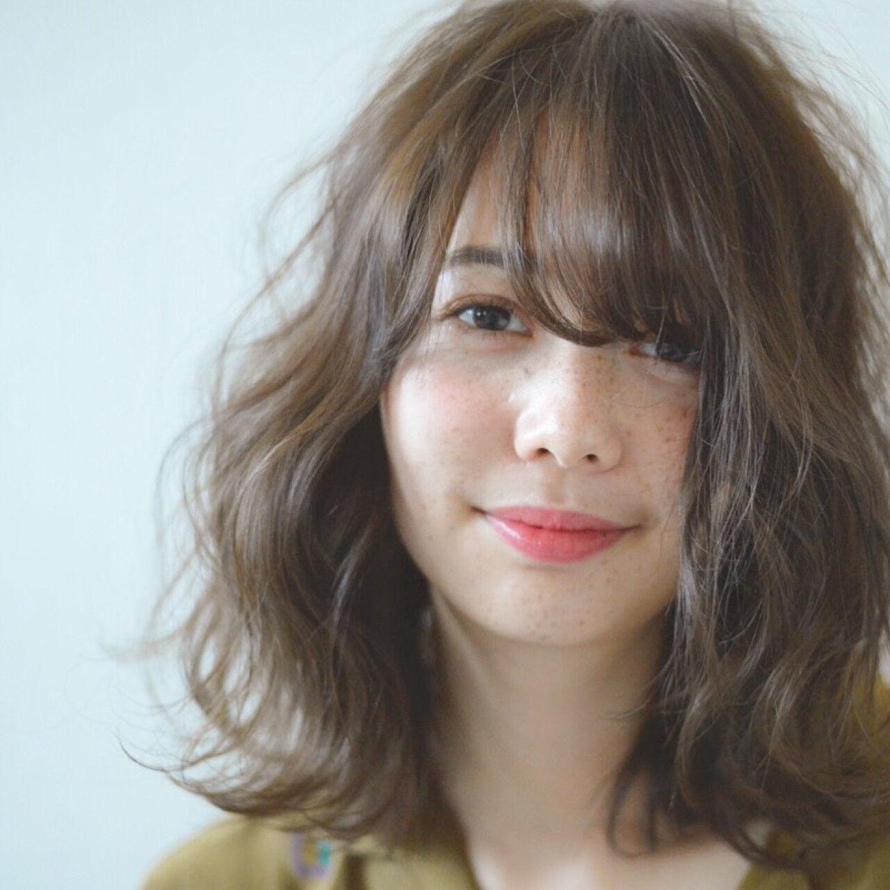 フェミニン ミディアム アンニュイ アッシュベージュヘアスタイルや髪型の写真・画像