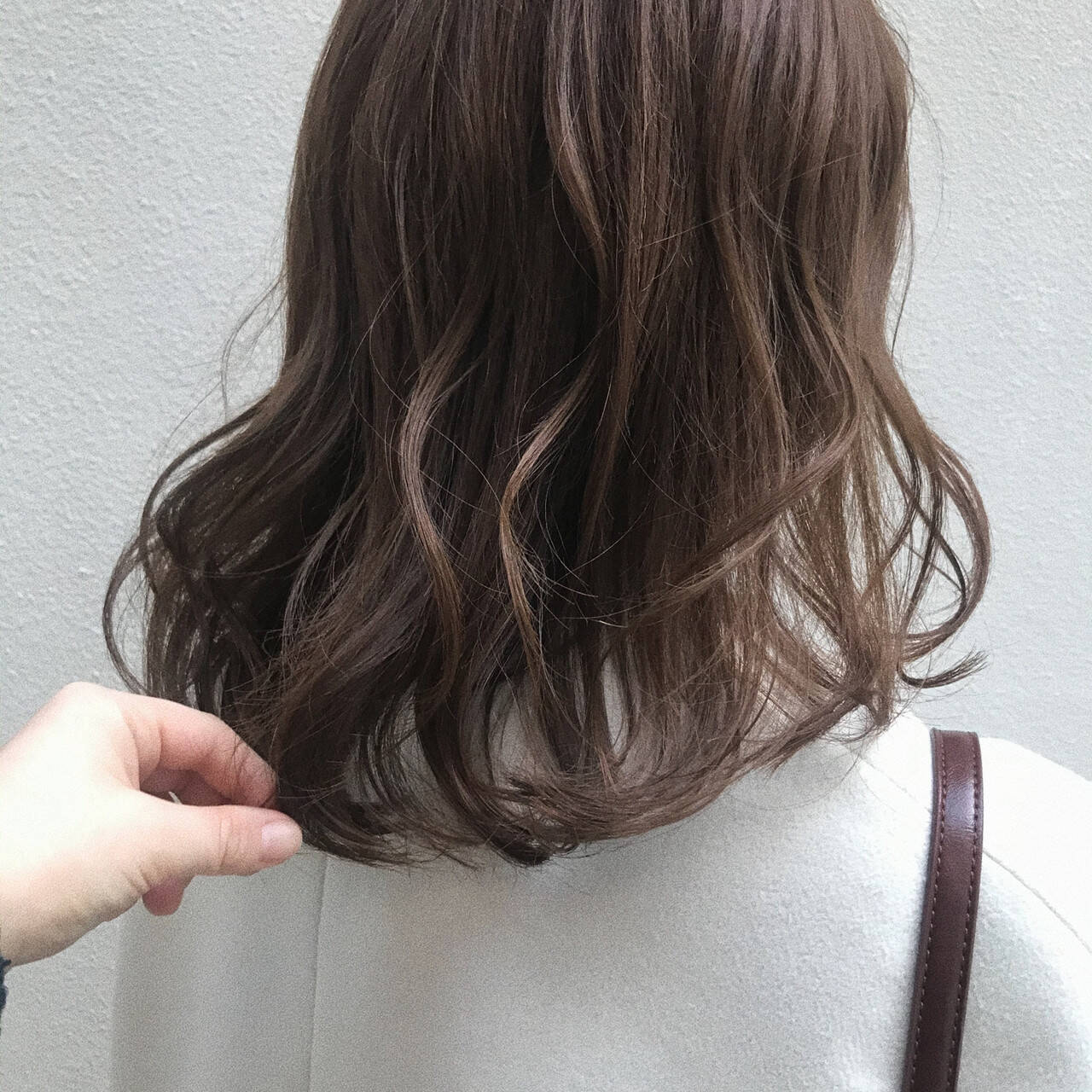 ミルクティーベージュ ミディアム シアーベージュ 透明感カラーヘアスタイルや髪型の写真・画像