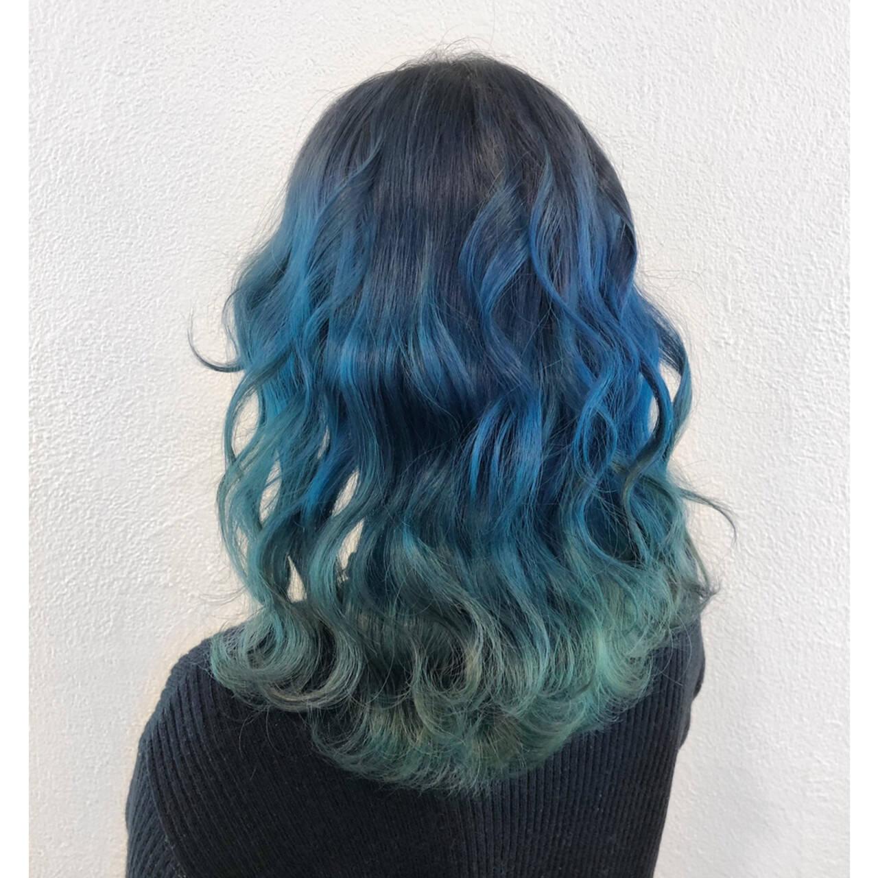 ミディアム 個性的 ブルー グラデーションカラーヘアスタイルや髪型の写真・画像