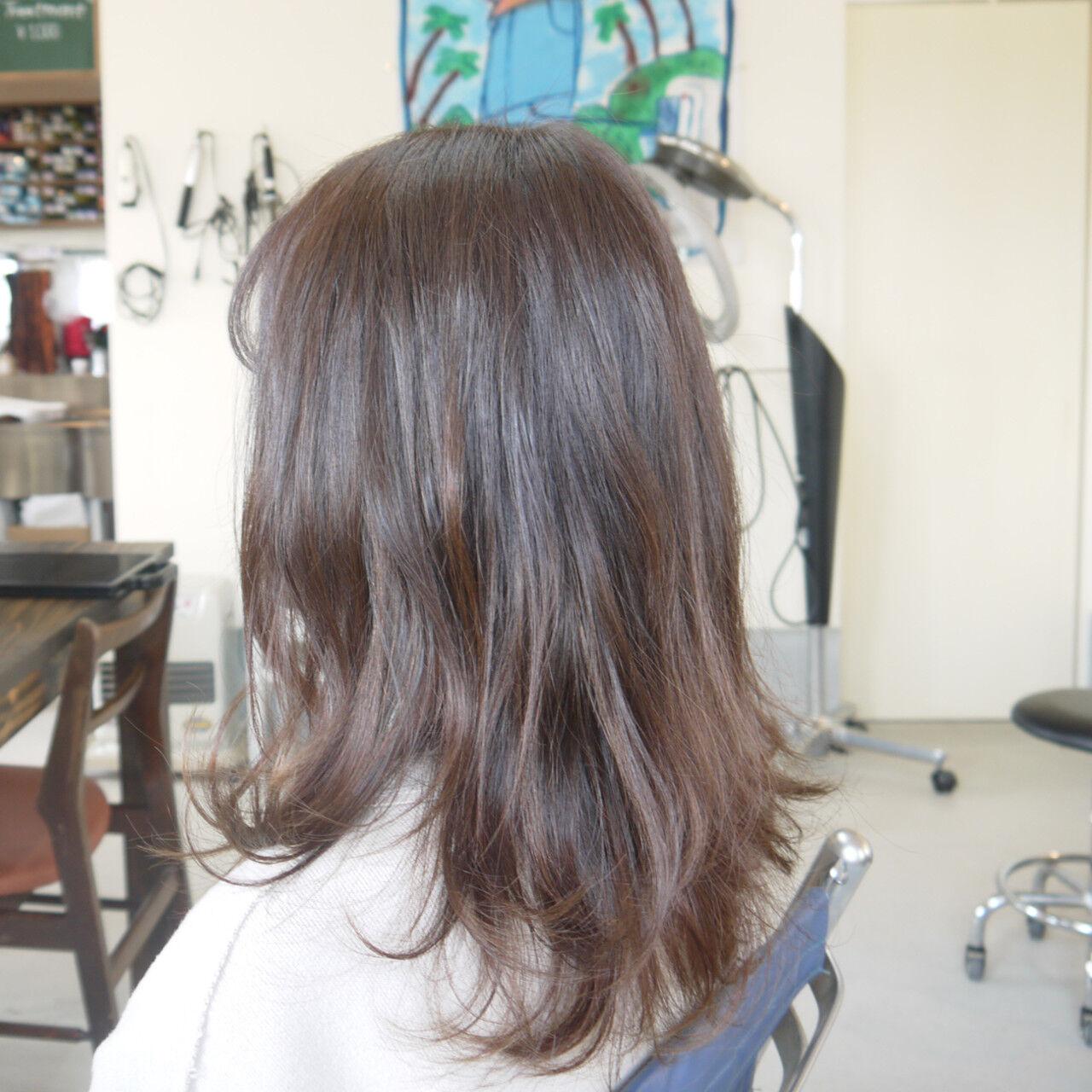ミディアムレイヤー パープルアッシュ アッシュベージュ アッシュヘアスタイルや髪型の写真・画像
