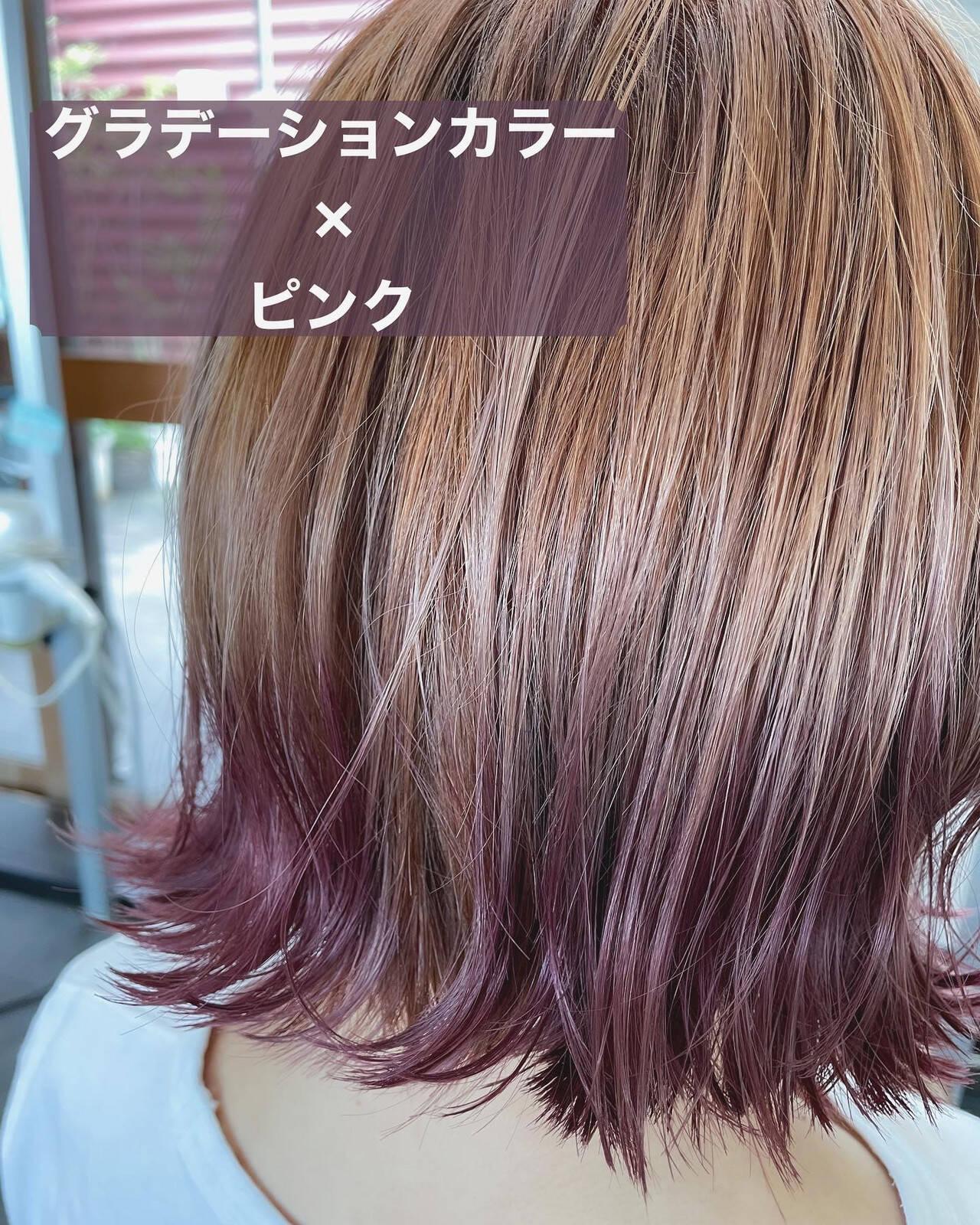 ショートボブ インナーカラー 切りっぱなしボブ ミディアムヘアスタイルや髪型の写真・画像