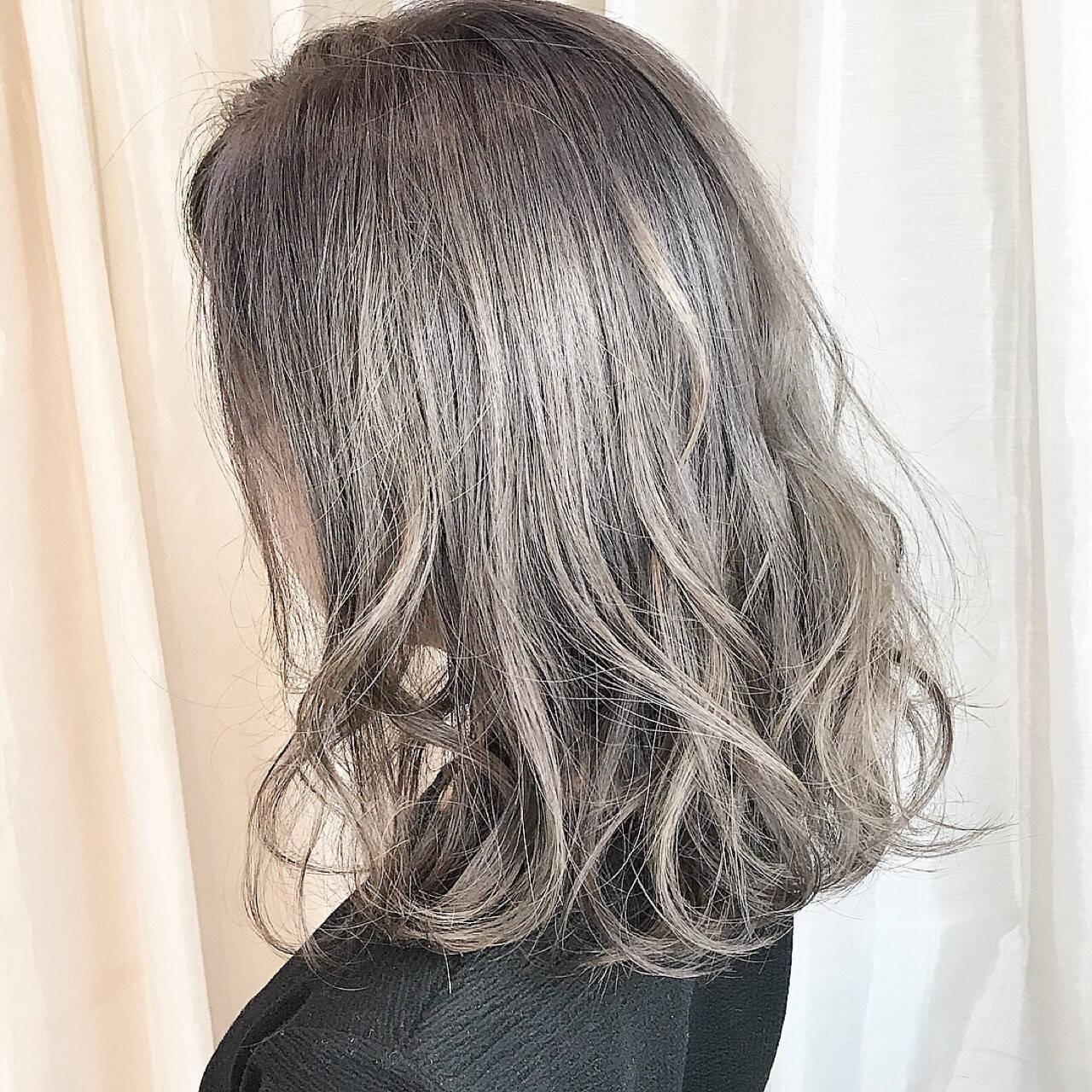 グレー シルバー ナチュラル シルバーアッシュヘアスタイルや髪型の写真・画像