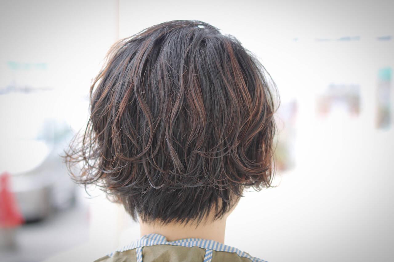 ショート エアリー パーマ ハイライトヘアスタイルや髪型の写真・画像