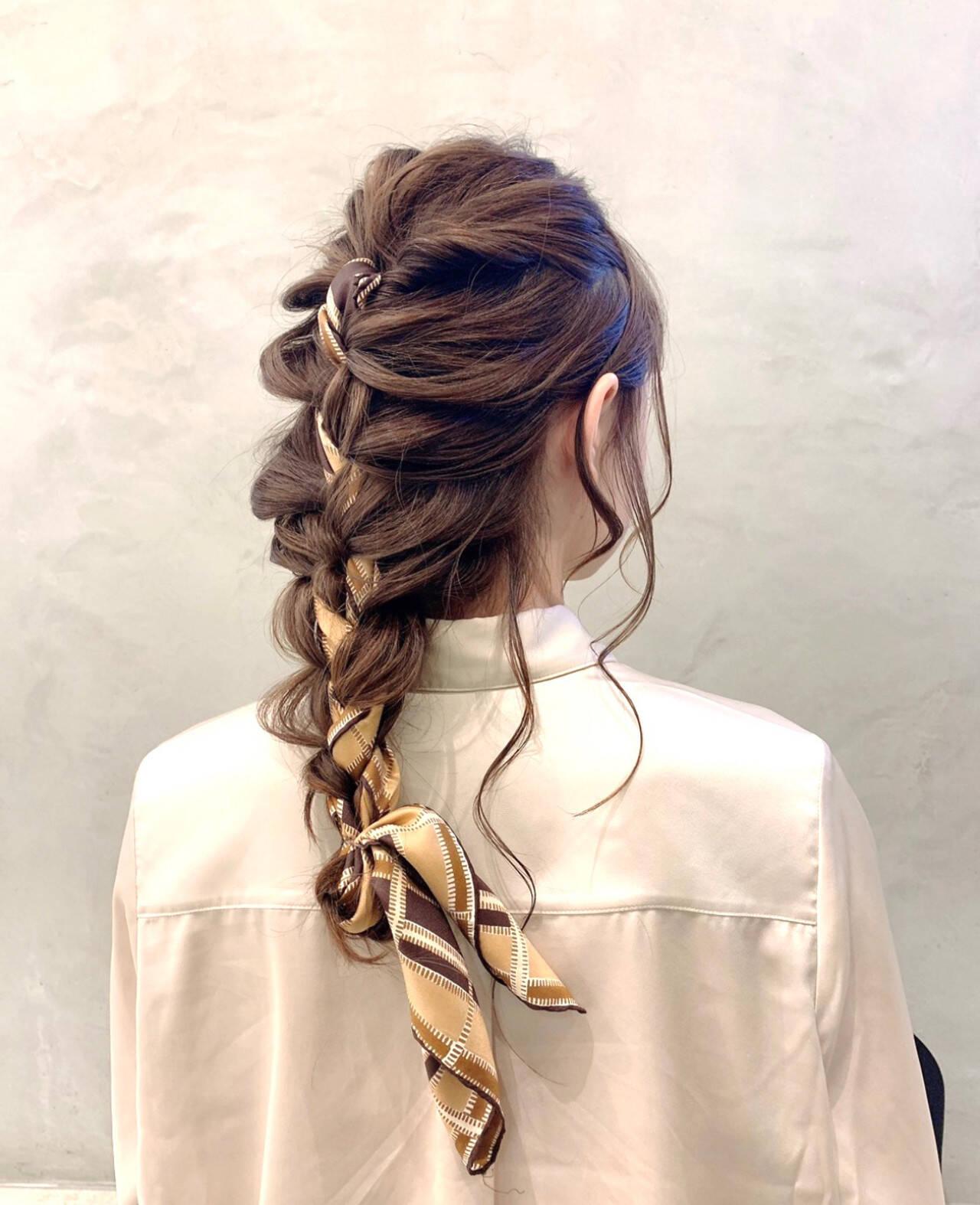 スカーフアレンジ 簡単ヘアアレンジ ヘアアレンジ ナチュラルヘアスタイルや髪型の写真・画像