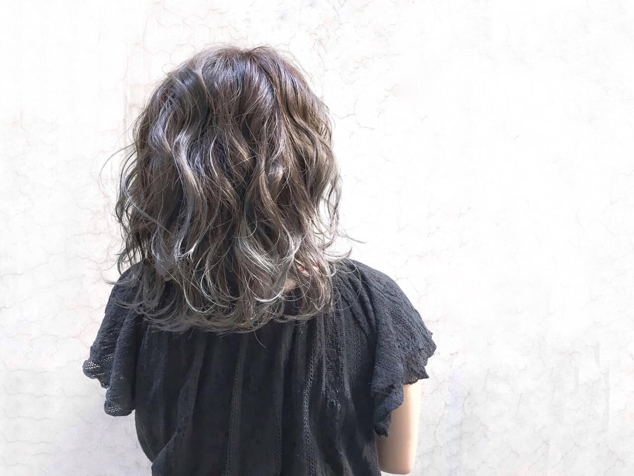 ミディアム アッシュ ベージュ ラベンダーヘアスタイルや髪型の写真・画像