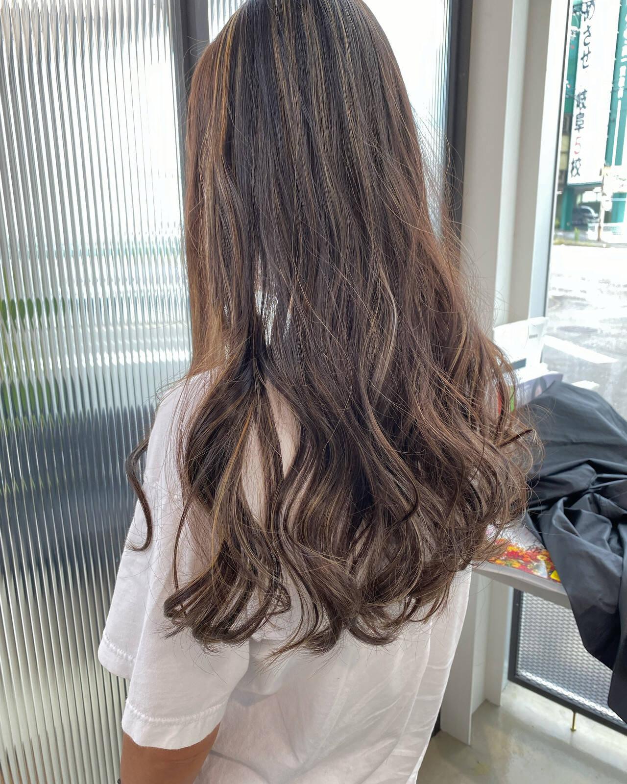ロング ストリート グレージュ ブリーチカラーヘアスタイルや髪型の写真・画像