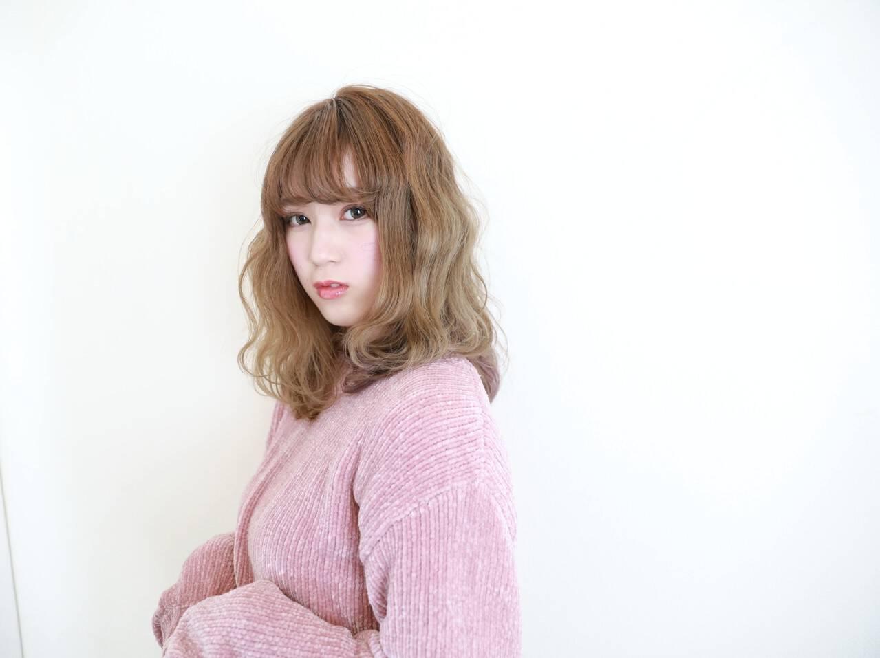 アンニュイ セミロング 波ウェーブ ガーリーヘアスタイルや髪型の写真・画像