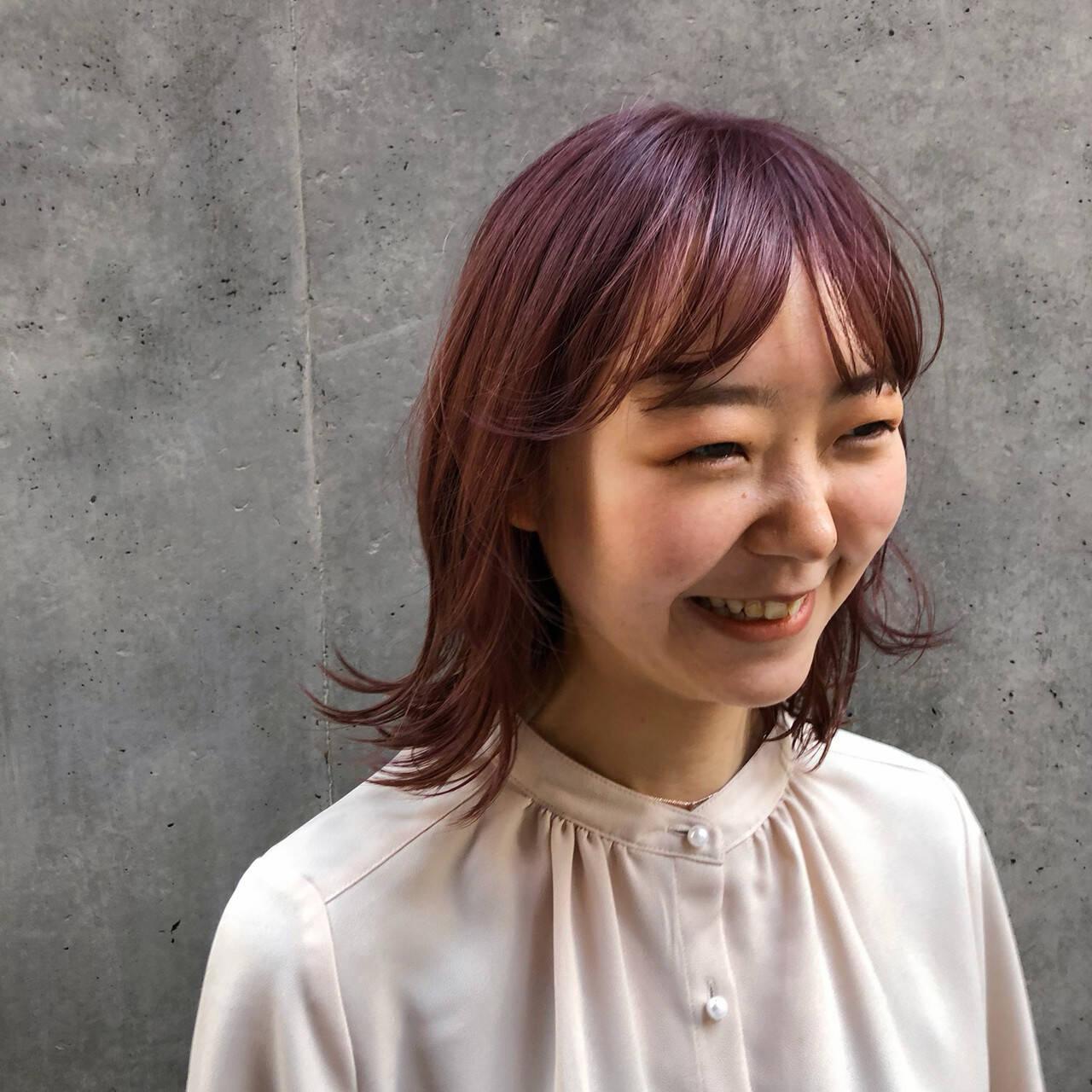 ミディアム ピンクベージュ ガーリー インナーカラーヘアスタイルや髪型の写真・画像