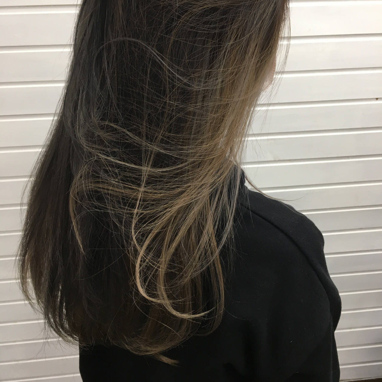 ミルクティーベージュ インナーカラー セミロング アッシュヘアスタイルや髪型の写真・画像