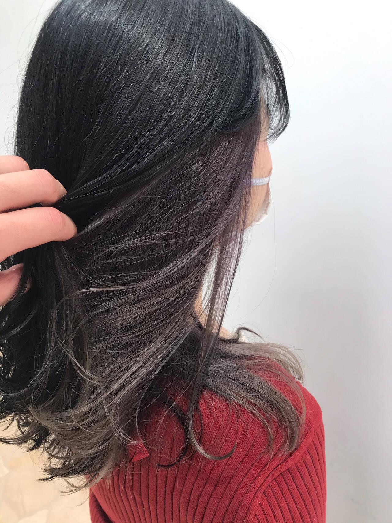 インナーカラー インナーカラーグレー インナーカラーパープル セミロングヘアスタイルや髪型の写真・画像