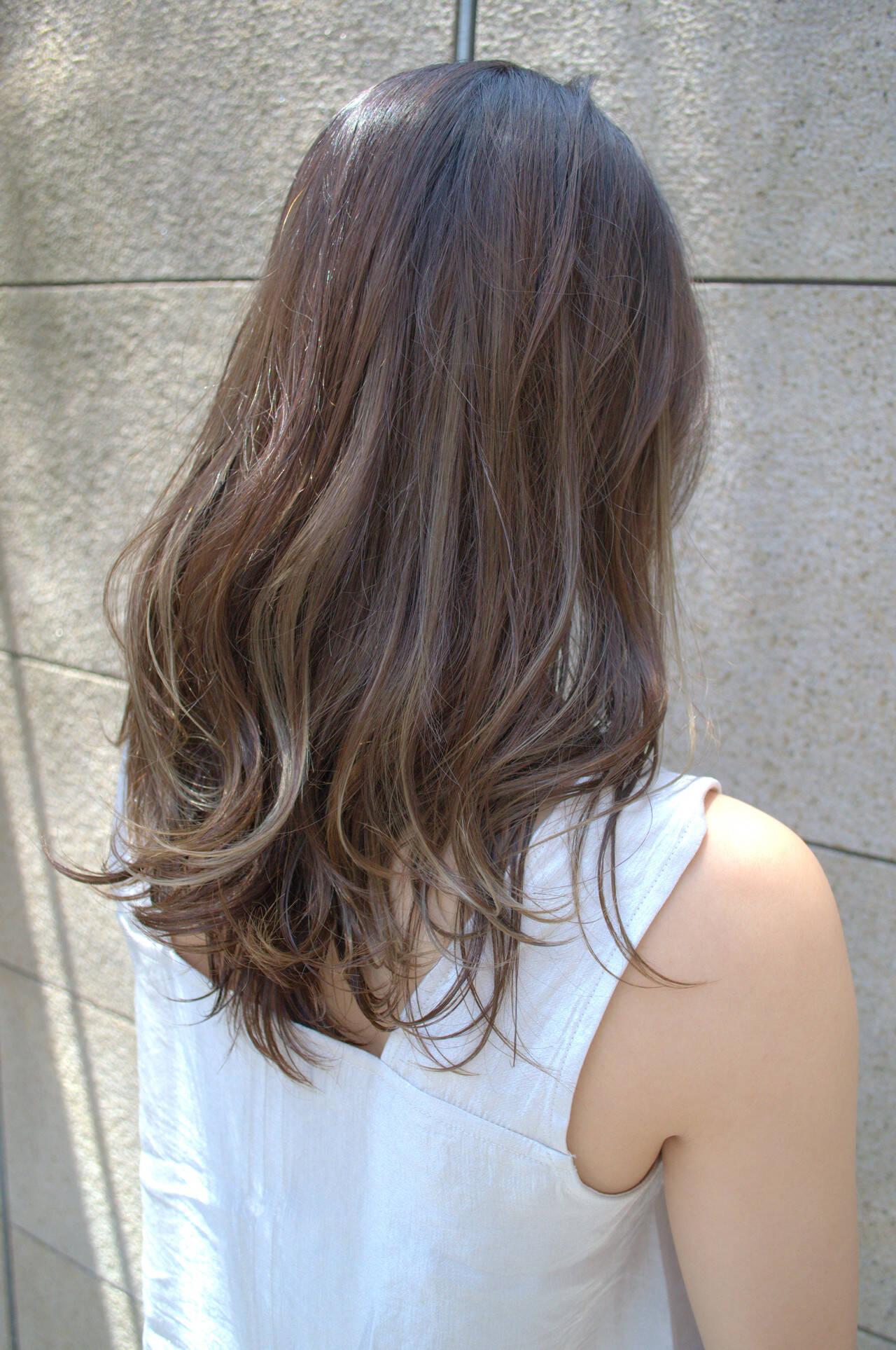 アッシュブラウン 極細ハイライト セミロング カーキアッシュヘアスタイルや髪型の写真・画像