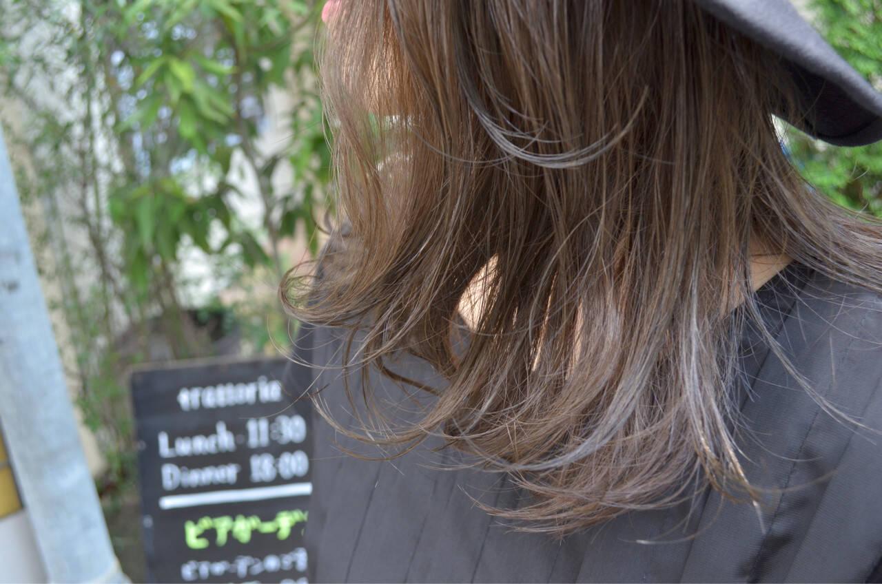 ナチュラル グラデーションカラー セミロング グレージュヘアスタイルや髪型の写真・画像