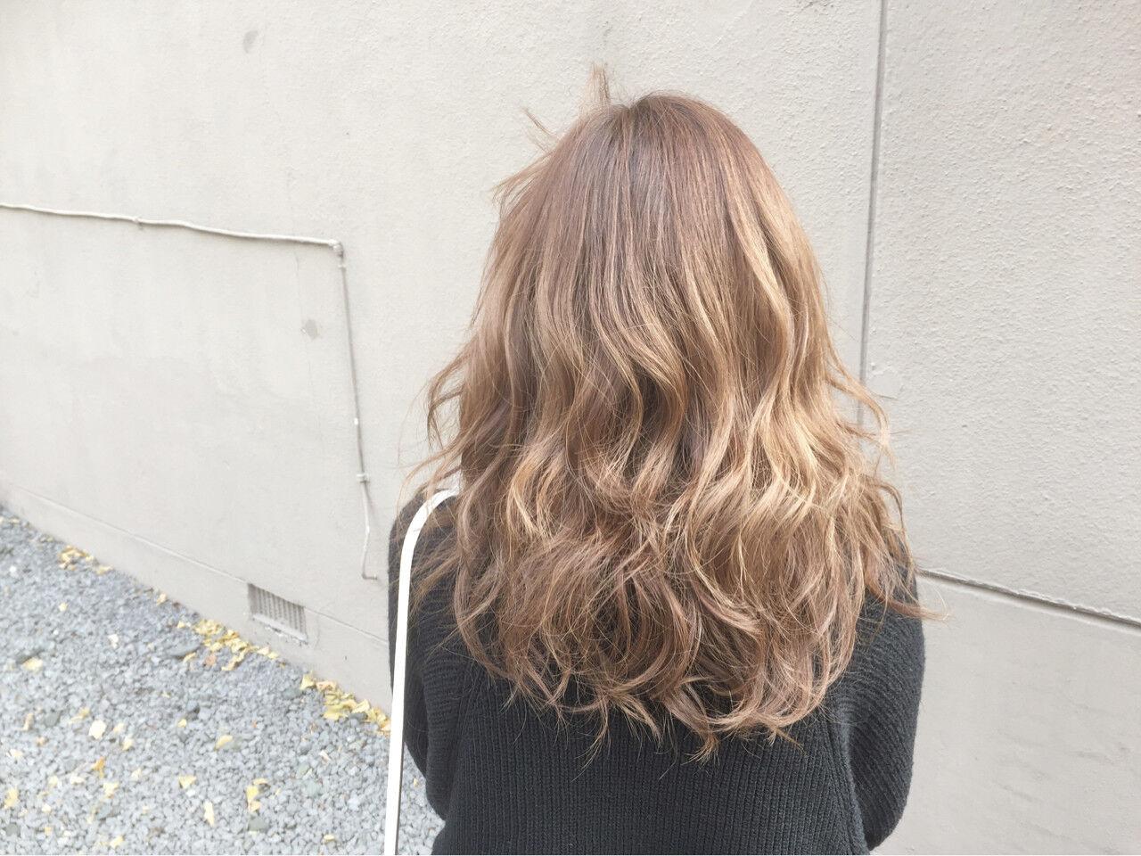 セミロング 外国人風カラー ガーリー 金髪ヘアスタイルや髪型の写真・画像
