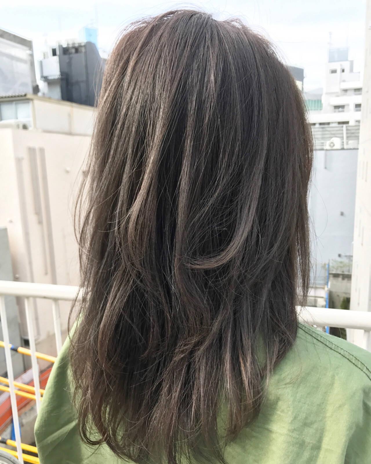 アッシュ セミロング レイヤーカット ナチュラルヘアスタイルや髪型の写真・画像