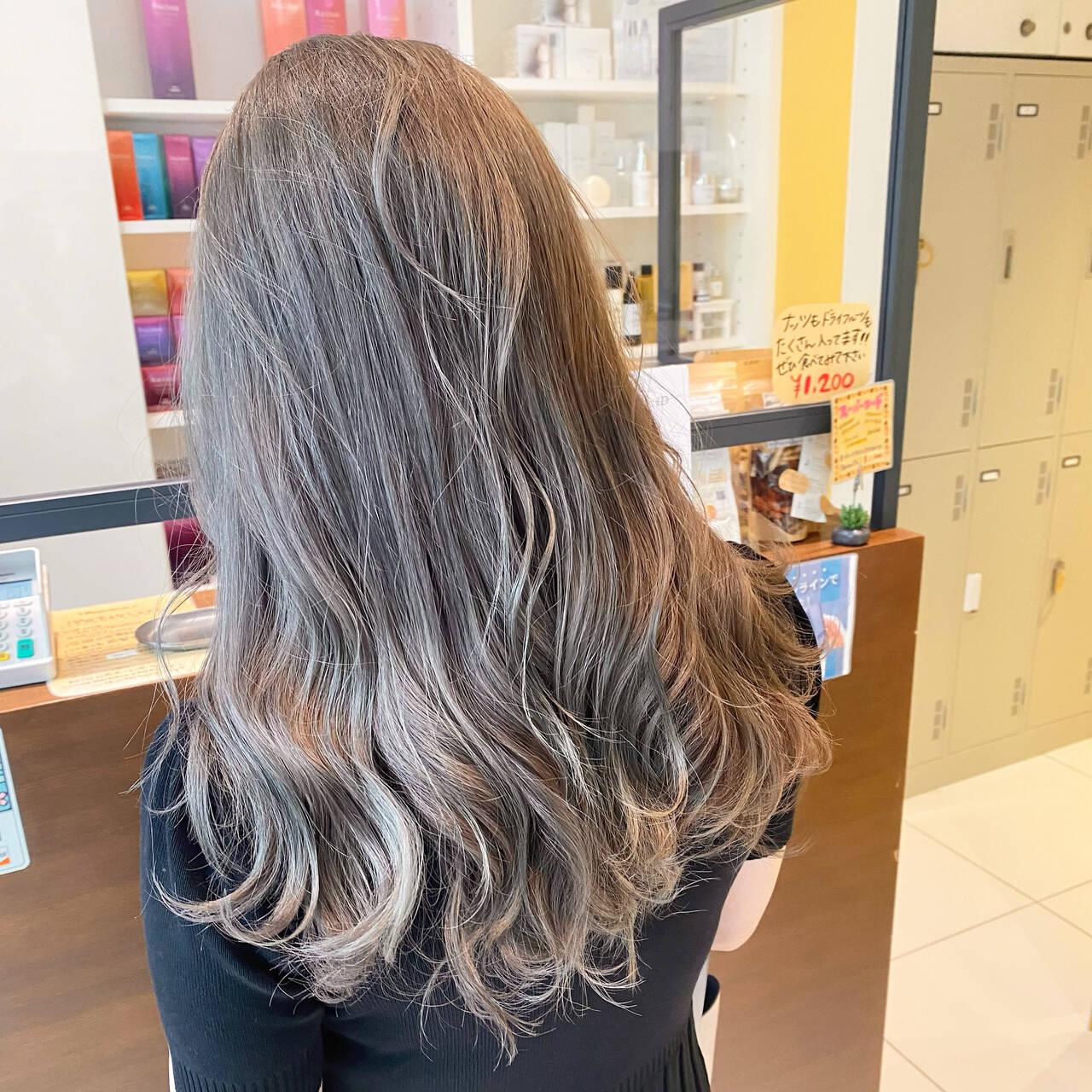ミルクティーアッシュ セミロング グレージュ ストリートヘアスタイルや髪型の写真・画像