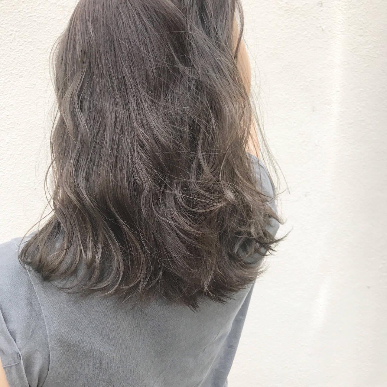 グレージュ セミロング 外国人風 ナチュラルヘアスタイルや髪型の写真・画像