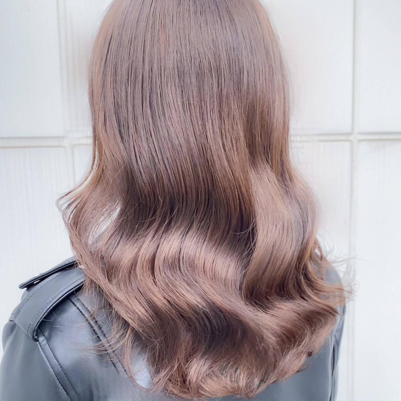セミロング ベージュ ミルクティーベージュ ナチュラルヘアスタイルや髪型の写真・画像