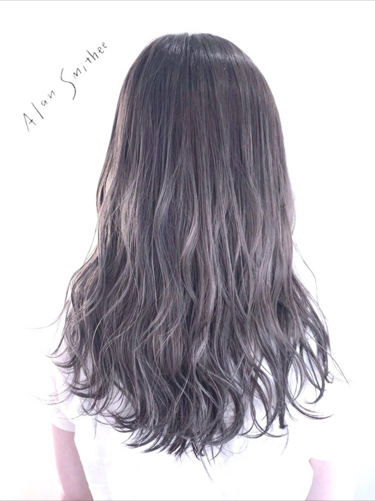 シルバーアッシュ アッシュグレージュ ロング アッシュグレーヘアスタイルや髪型の写真・画像