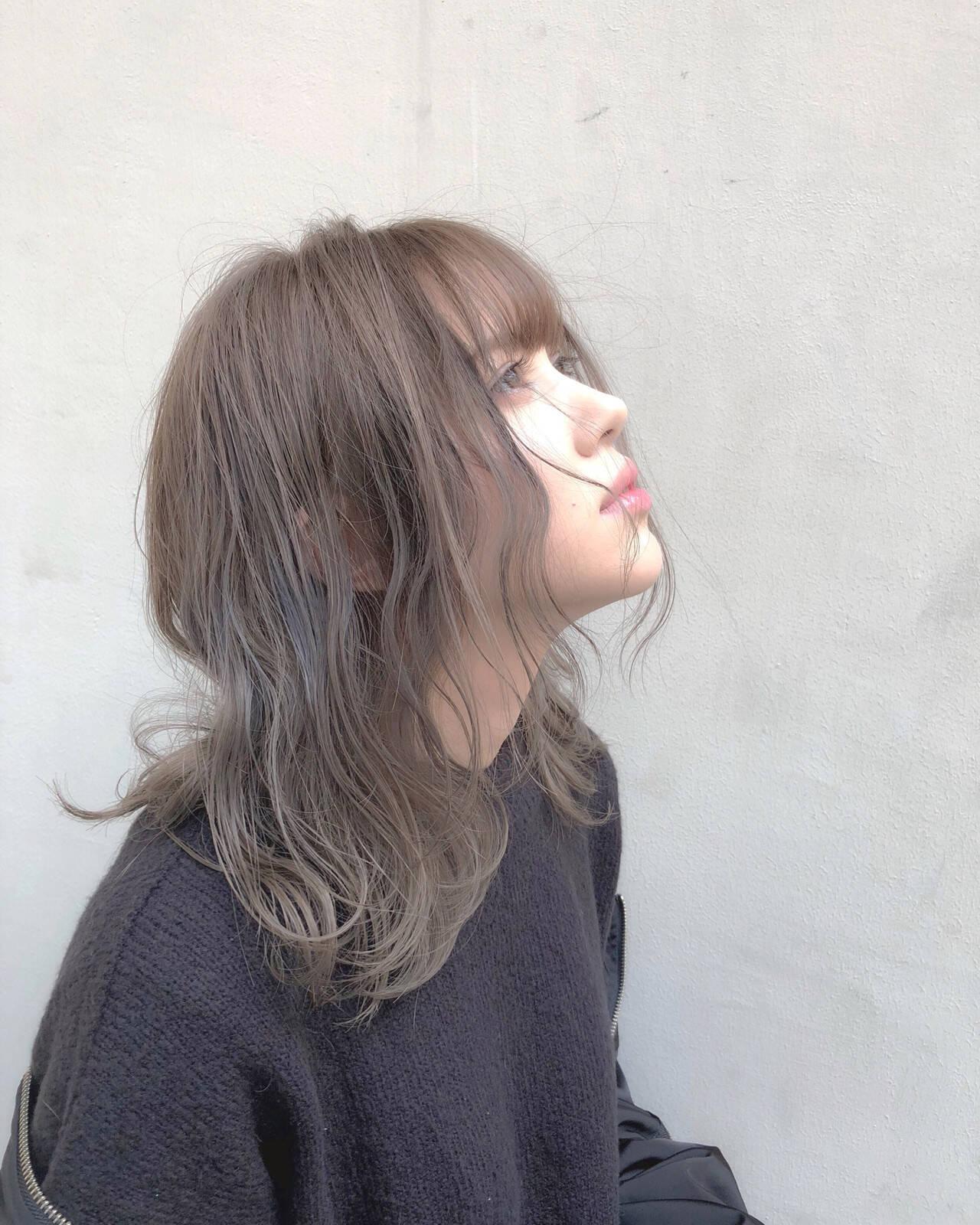 ピンクベージュ ハイトーンカラー オリーブベージュ アッシュグレージュヘアスタイルや髪型の写真・画像