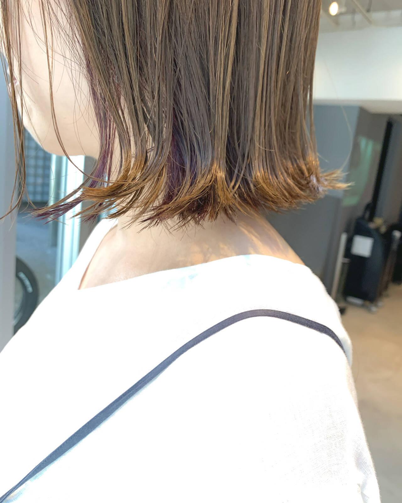 インナーカラーバイオレット ボブ イヤリングカラー 切りっぱなしボブヘアスタイルや髪型の写真・画像