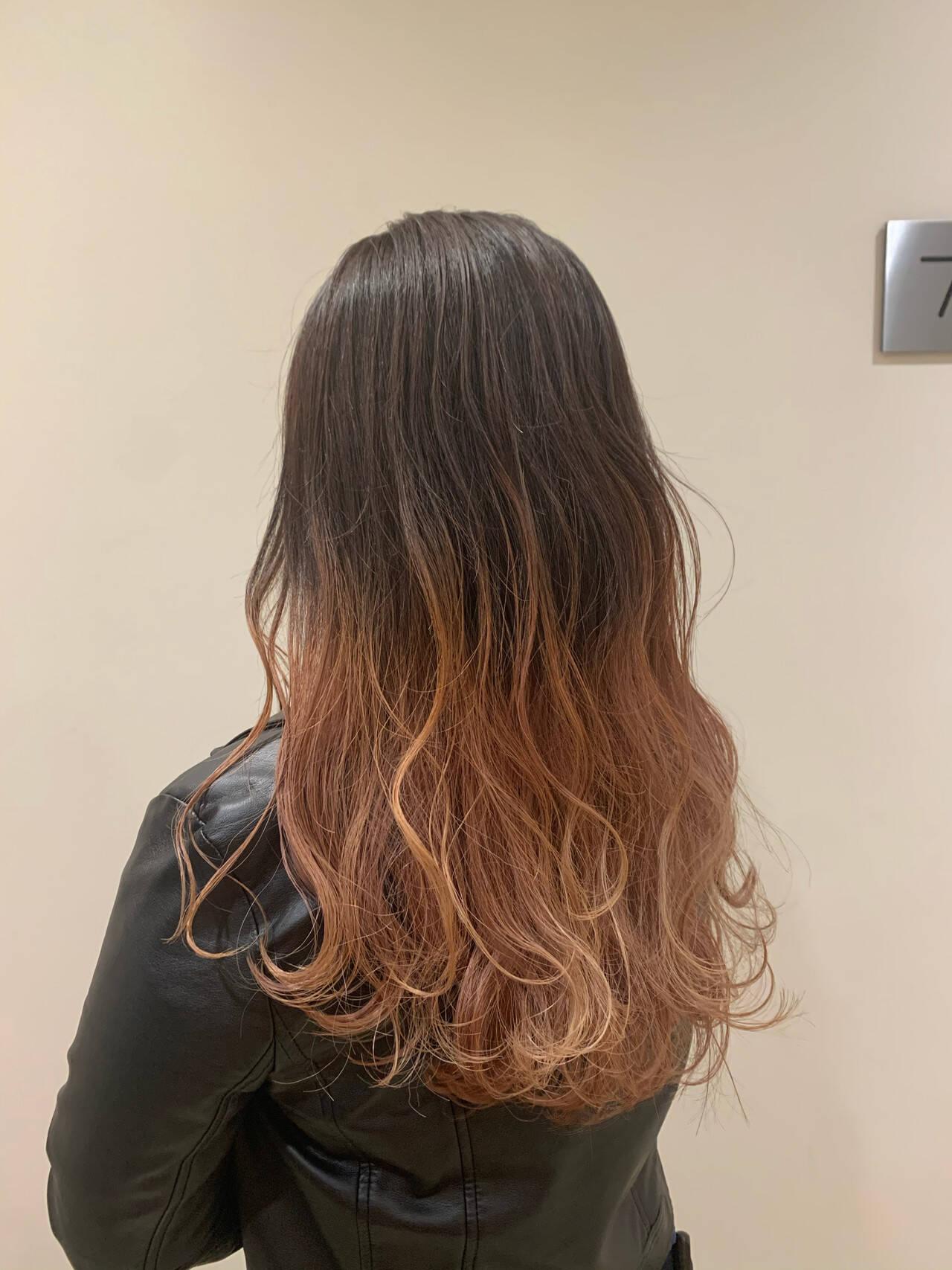 ガーリー ウェーブ グラデーションカラー セミロングヘアスタイルや髪型の写真・画像