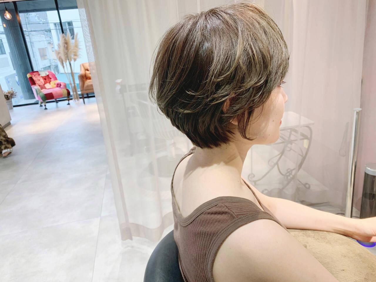大人ハイライト ハイライト ショートボブ デザインカラーヘアスタイルや髪型の写真・画像