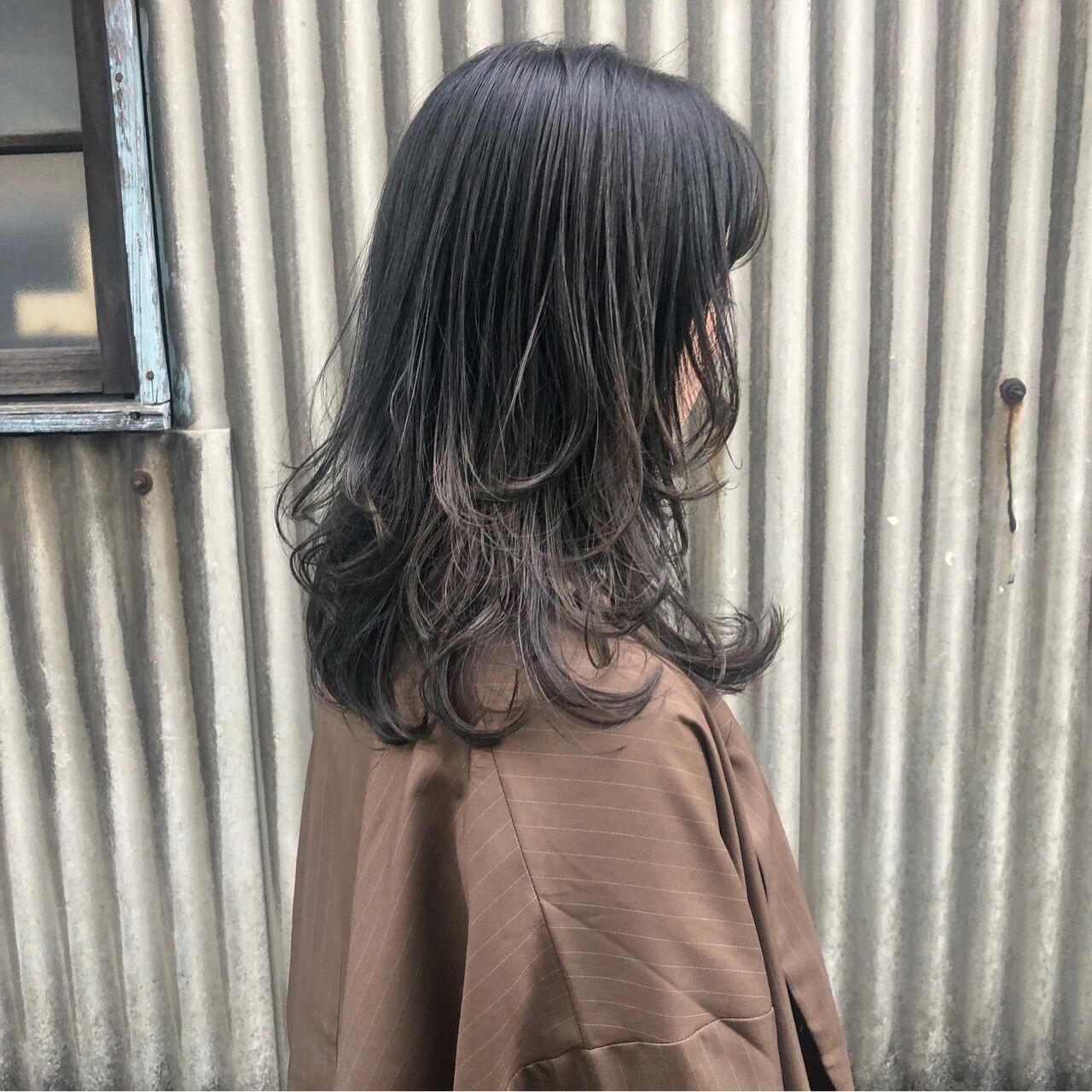 セミロング ウェーブ アッシュグレー レイヤーカットヘアスタイルや髪型の写真・画像