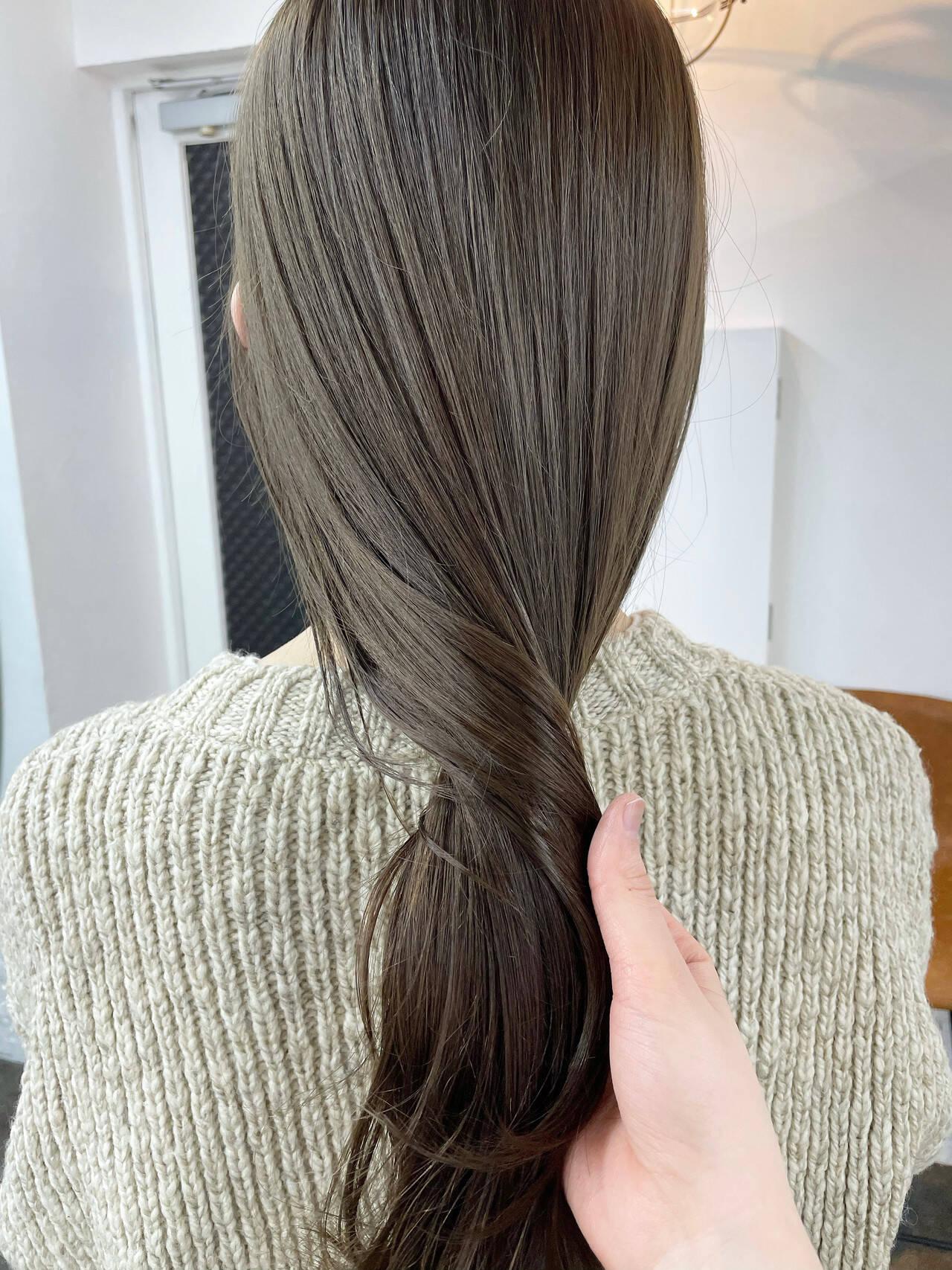 ロング イルミナカラー オリーブグレージュ カーキアッシュヘアスタイルや髪型の写真・画像