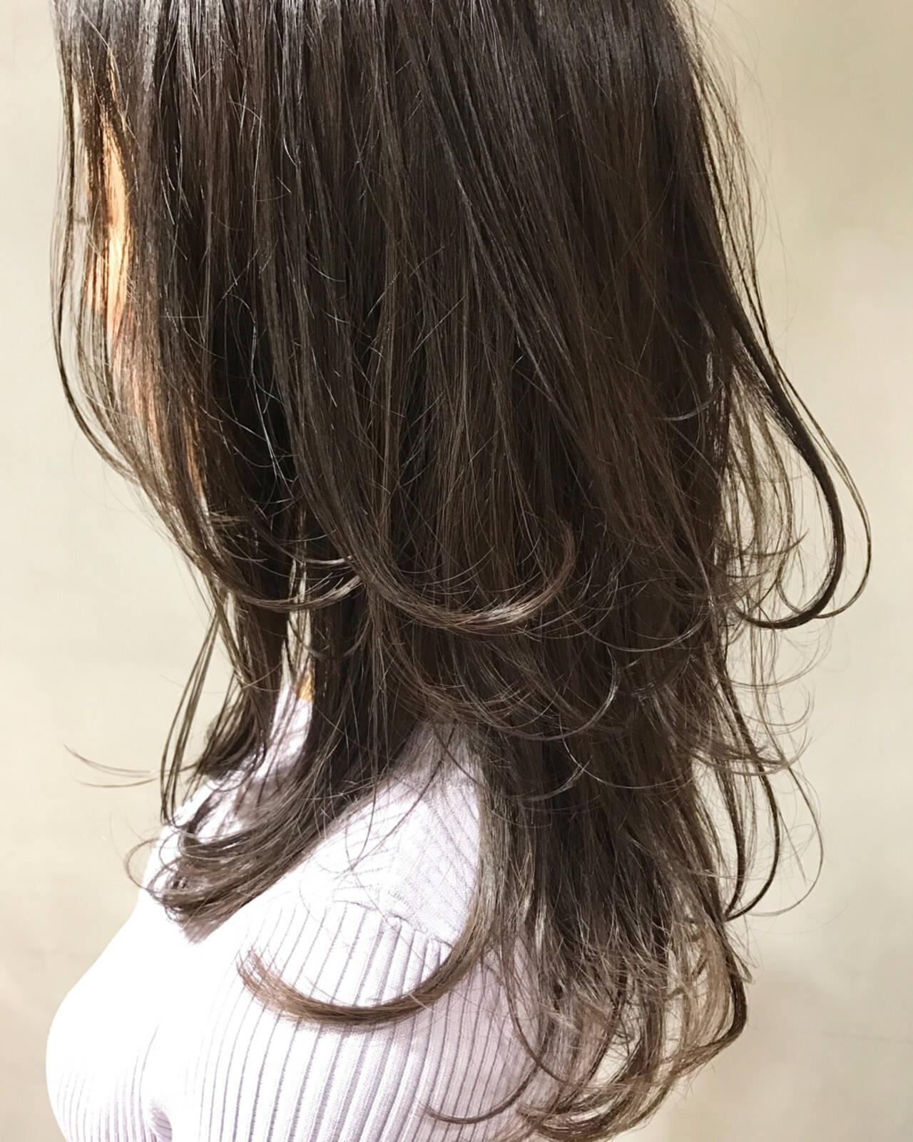 マット ナチュラル レイヤーカット グレージュヘアスタイルや髪型の写真・画像