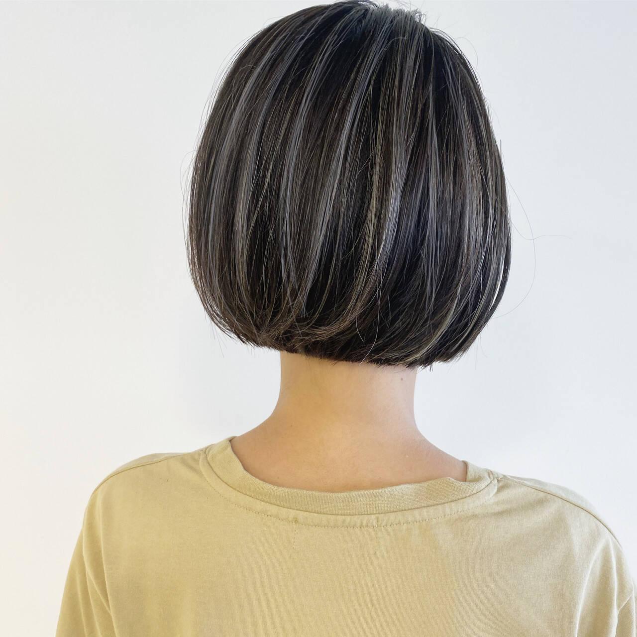 ミニボブ ナチュラル コントラストハイライト 切りっぱなしボブヘアスタイルや髪型の写真・画像
