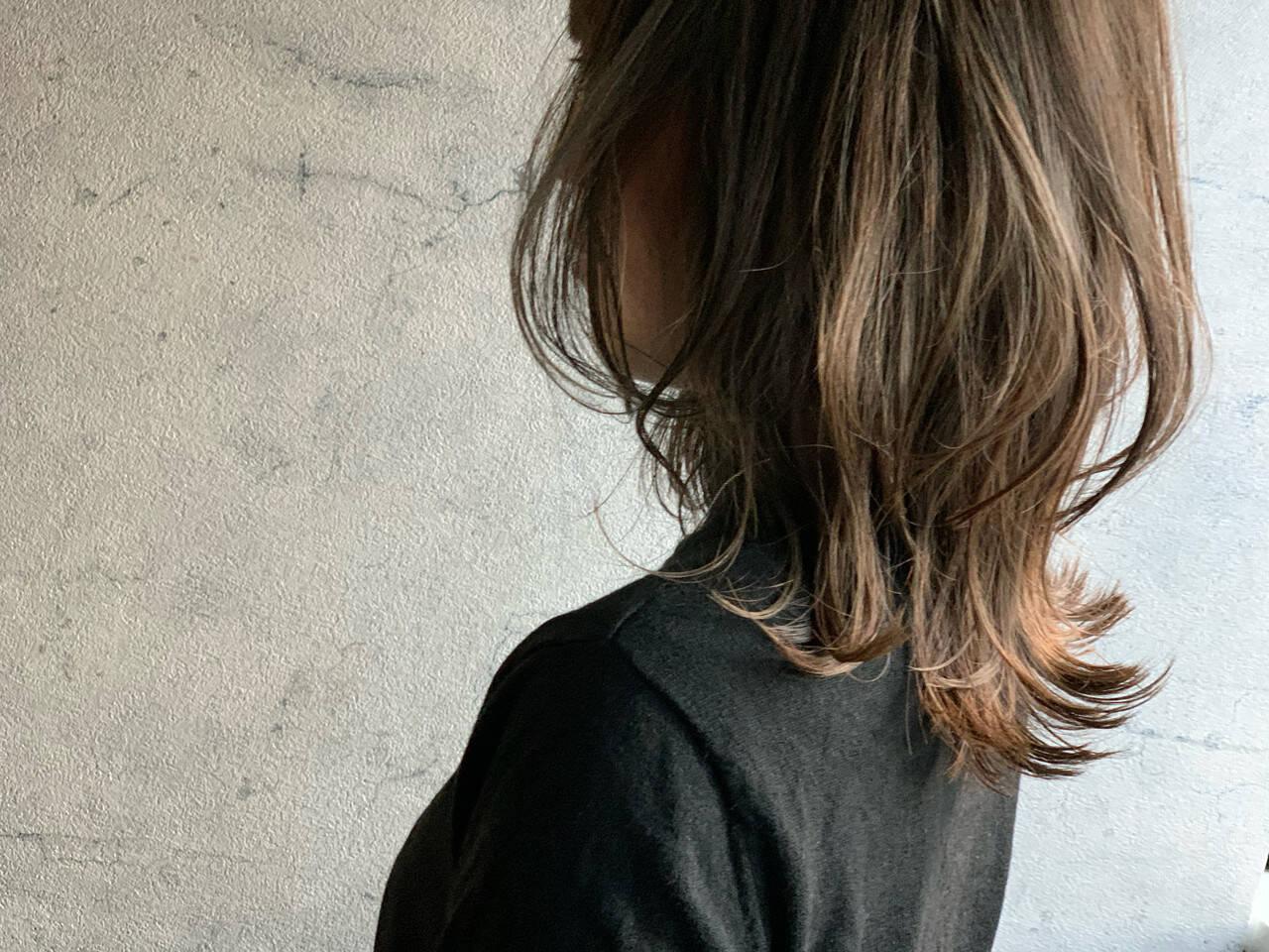 アッシュグレージュ ウルフカット ミディアム ニュアンスウルフヘアスタイルや髪型の写真・画像