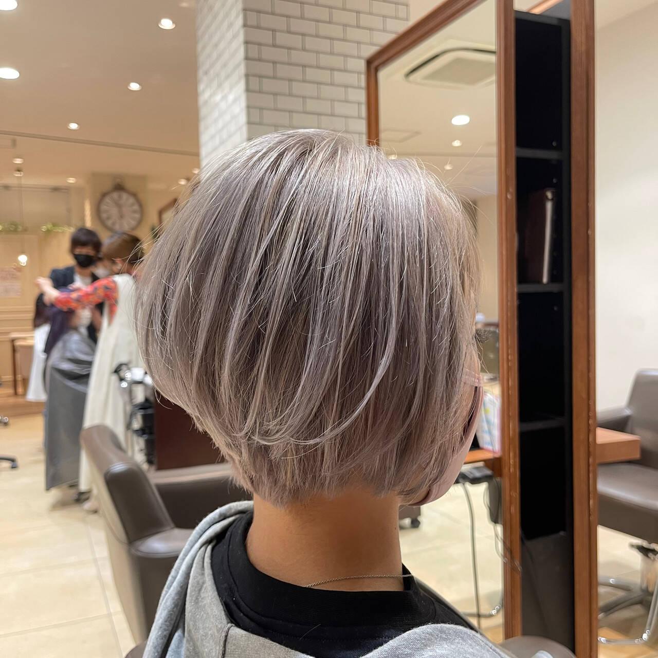 ホワイトグレージュ ショートヘア ブリーチ ストリートヘアスタイルや髪型の写真・画像