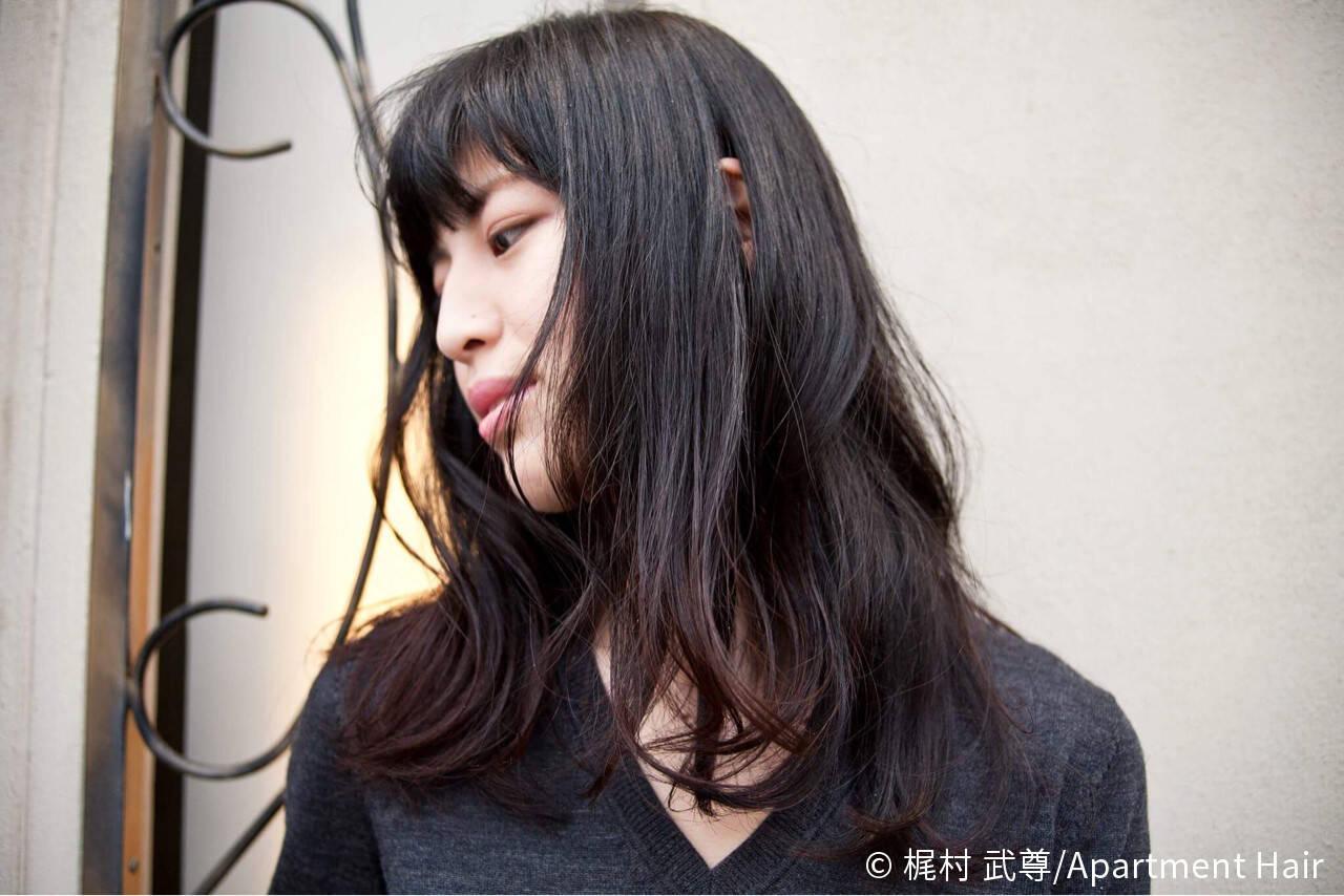 セミロング ストリート ゆるふわ 暗髪ヘアスタイルや髪型の写真・画像