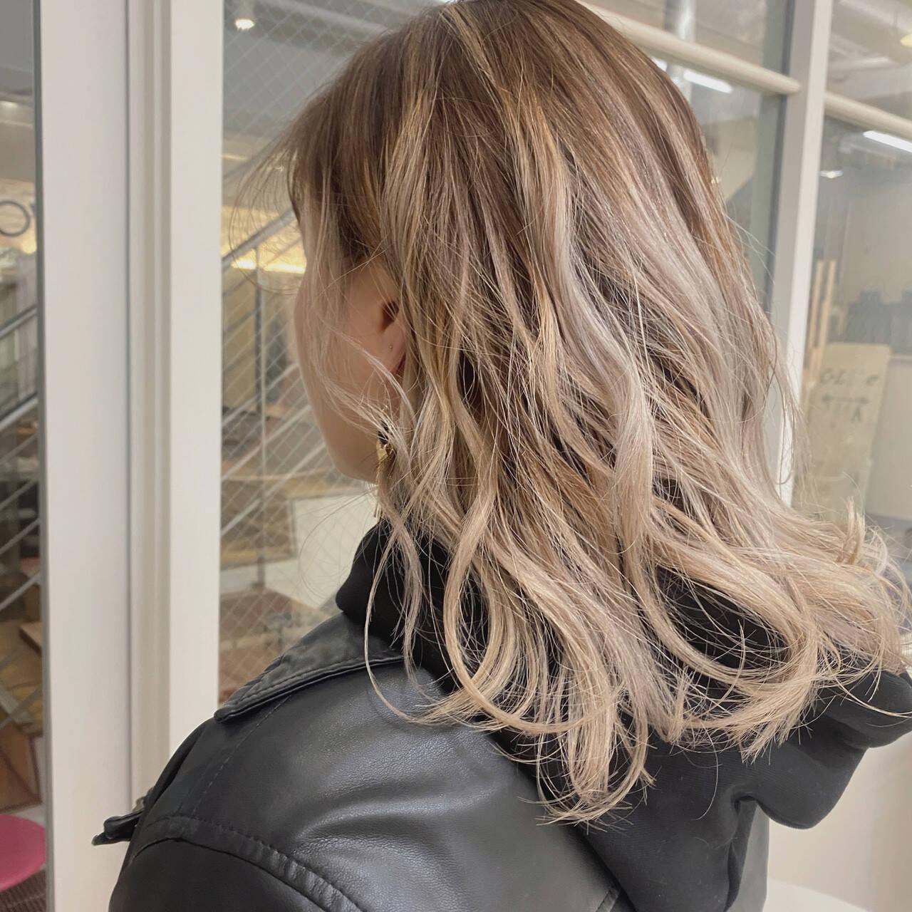 ストリート ブロンド ミディアム ハイトーンカラーヘアスタイルや髪型の写真・画像