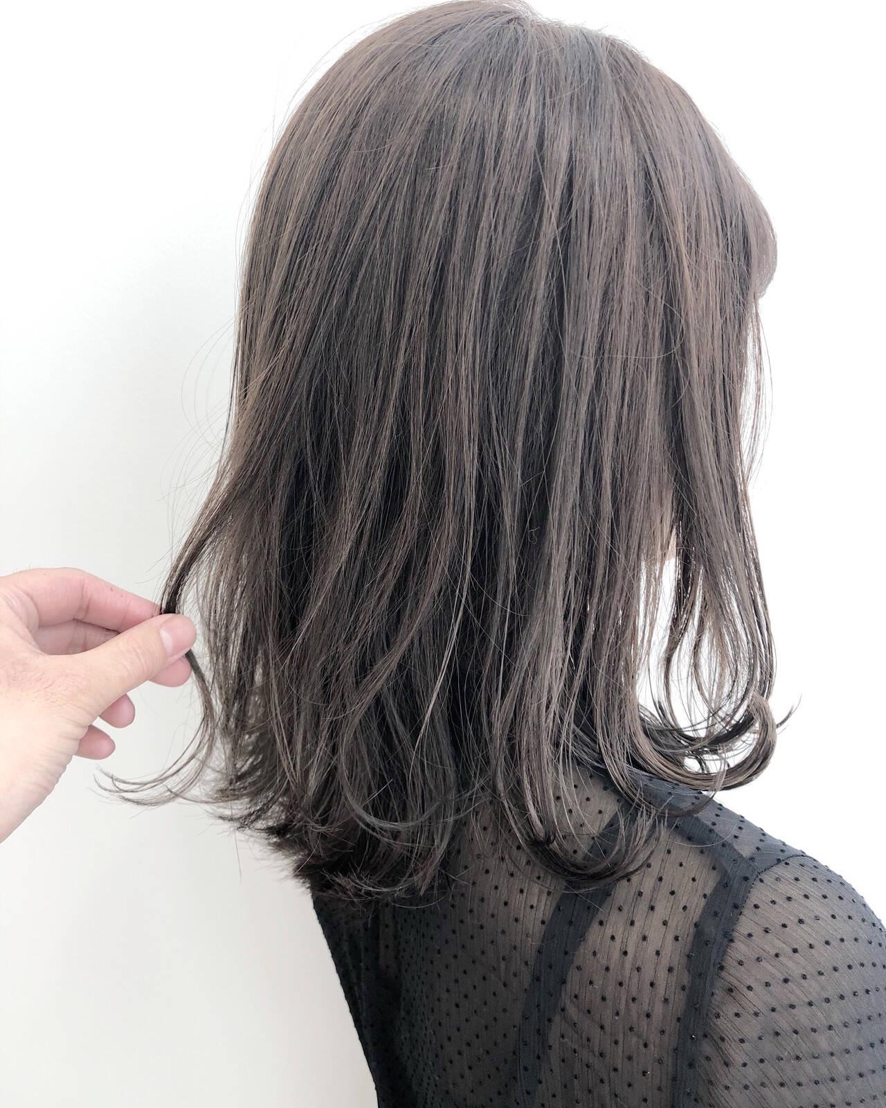 セミロング グレージュ ナチュラル インナーカラーヘアスタイルや髪型の写真・画像