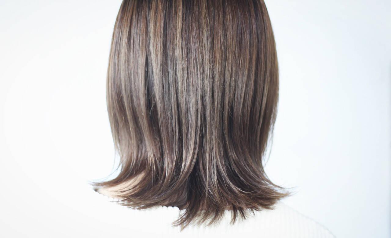 ホワイトグレージュ セミロング ミルクティーグレージュ アッシュグレージュヘアスタイルや髪型の写真・画像