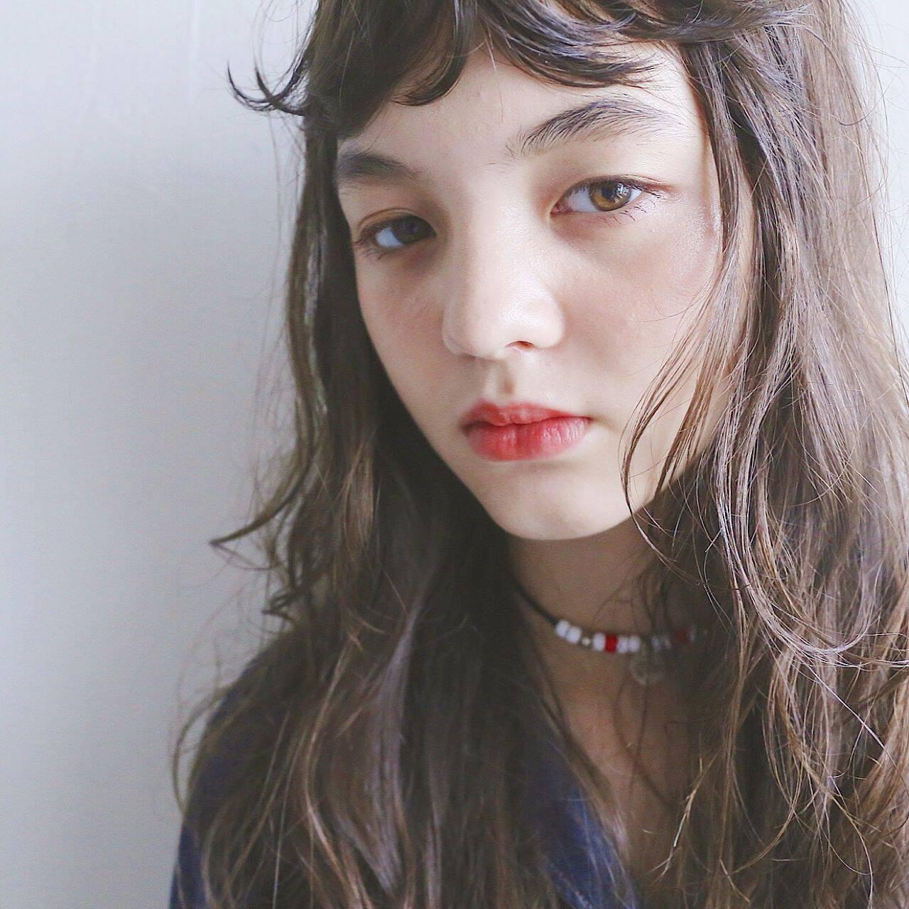 アッシュベージュ ナチュラル 抜け感 シースルーバングヘアスタイルや髪型の写真・画像