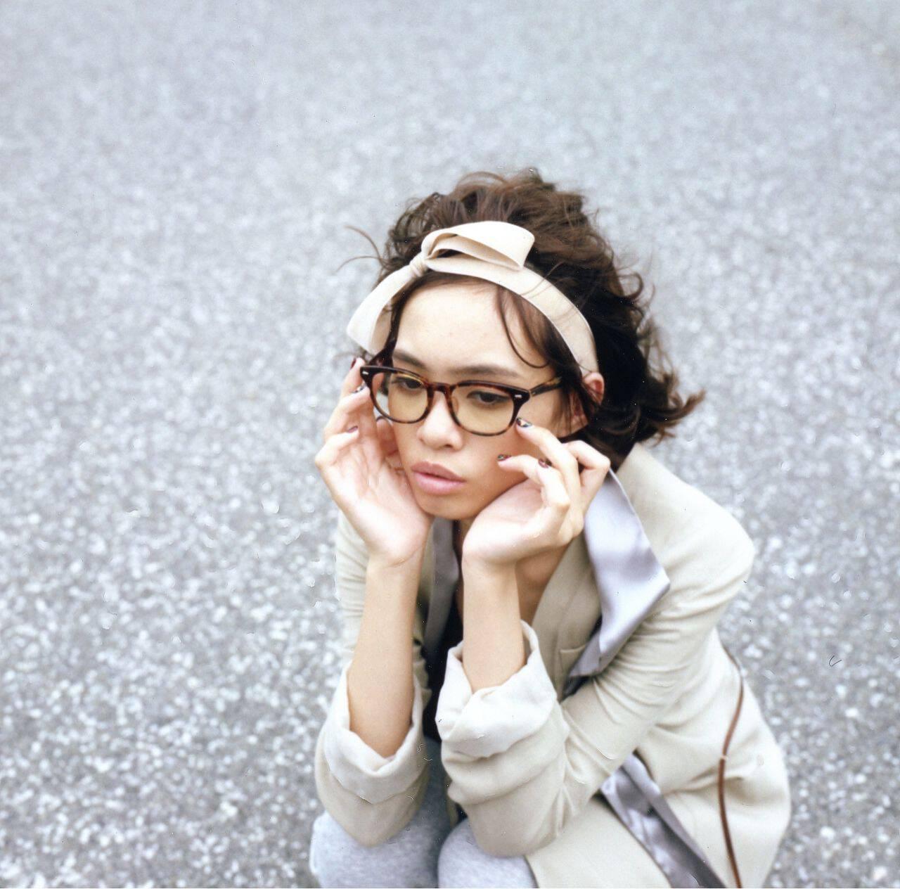 ショート 黒髪 ストリート カチューシャヘアスタイルや髪型の写真・画像