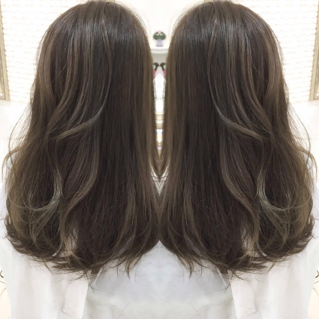 外国人風 グレージュ グラデーションカラー ナチュラルヘアスタイルや髪型の写真・画像