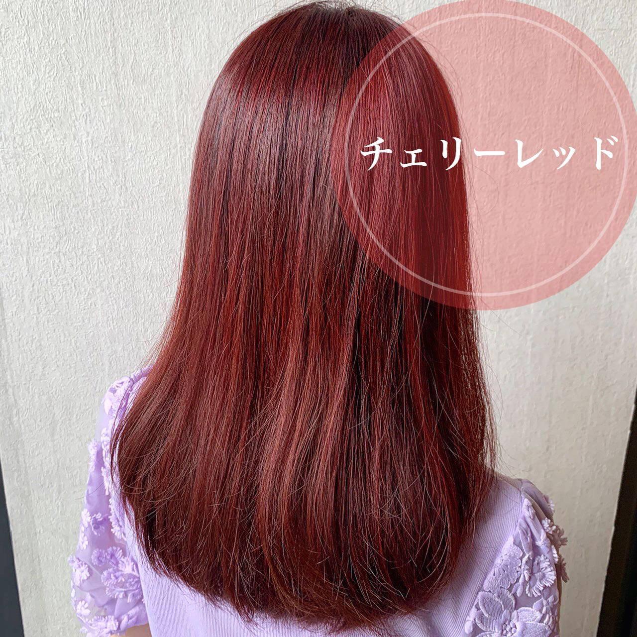 セミロング チェリーレッド レッド フェミニンヘアスタイルや髪型の写真・画像