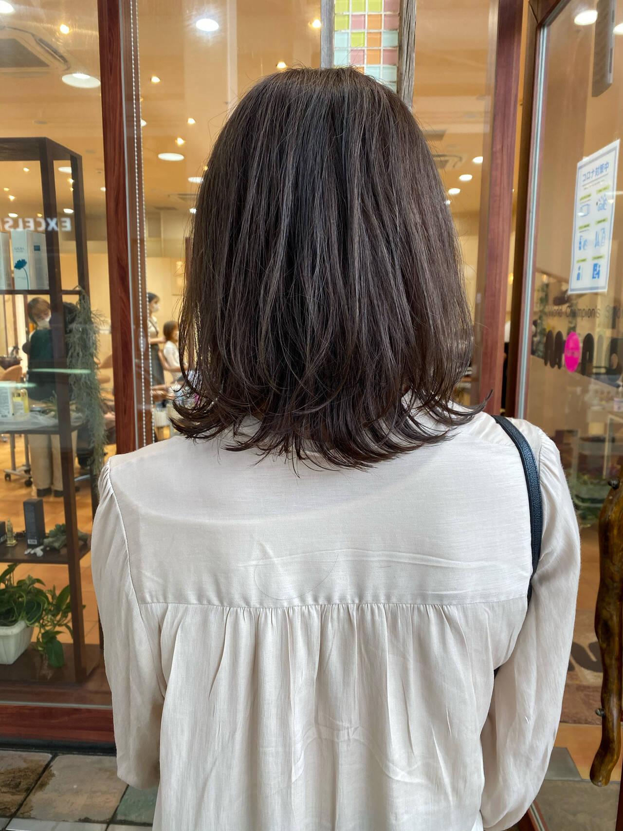 レイヤーカット ナチュラル アッシュベージュ ウルフカットヘアスタイルや髪型の写真・画像