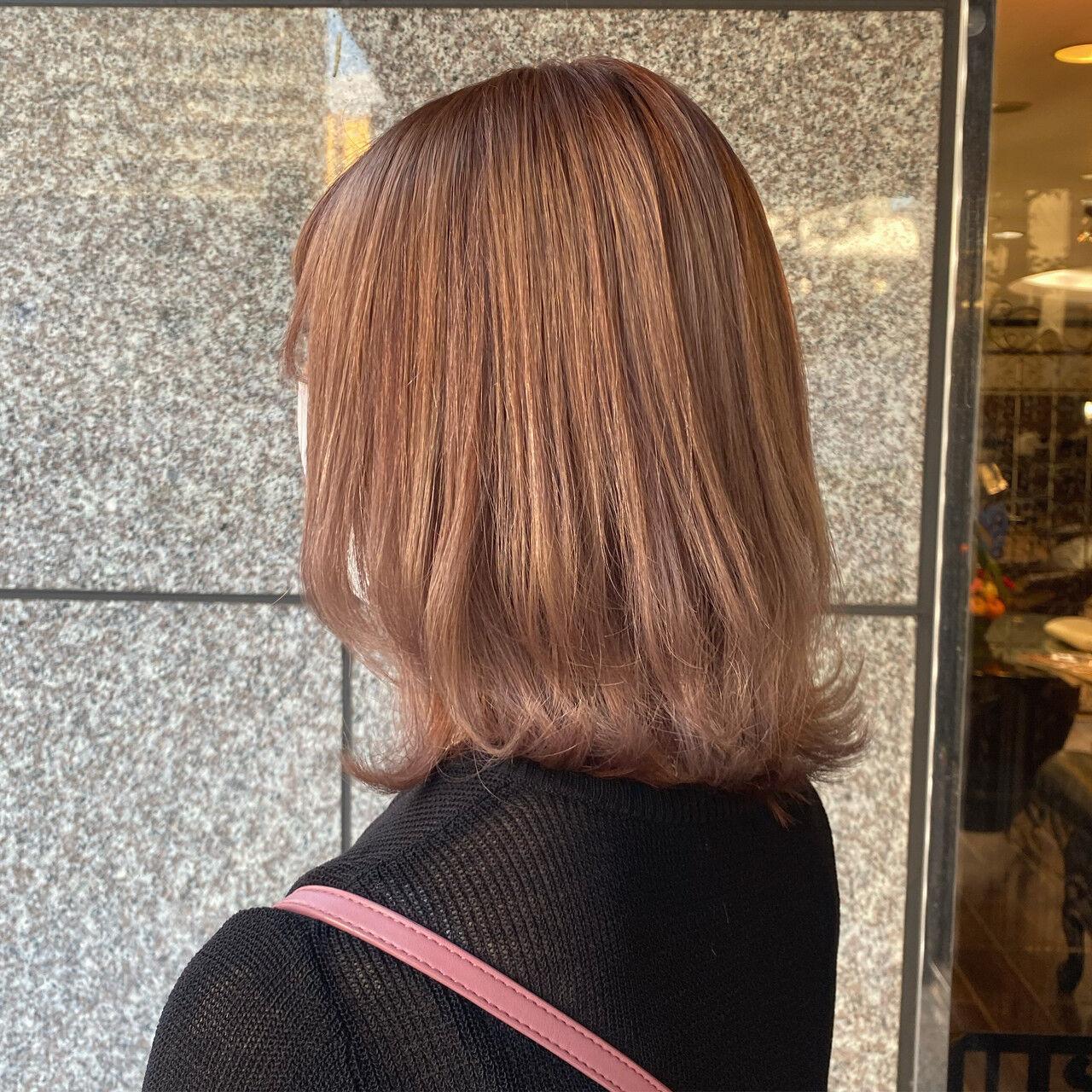 ミディアム ベージュ ラベンダー ヌーディベージュヘアスタイルや髪型の写真・画像
