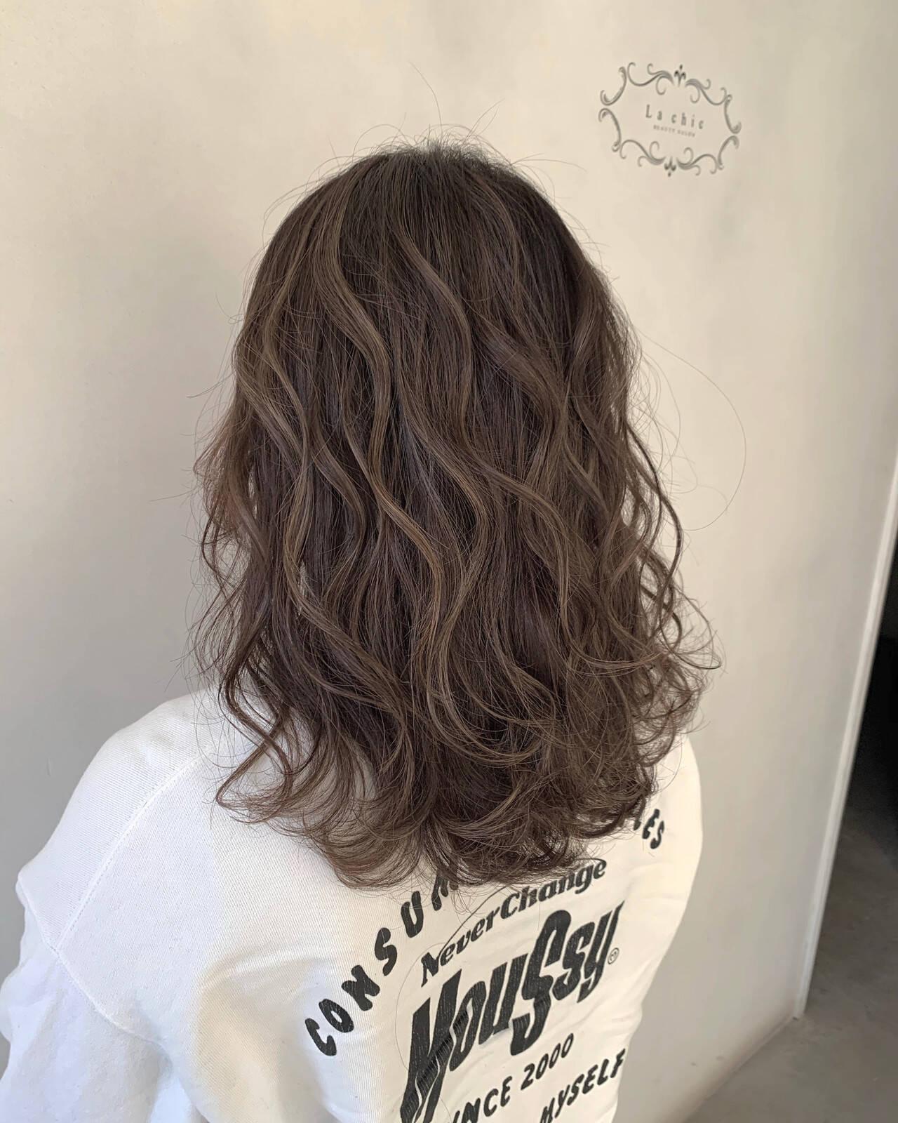 セミロング バレイヤージュ エレガント ハイライトヘアスタイルや髪型の写真・画像